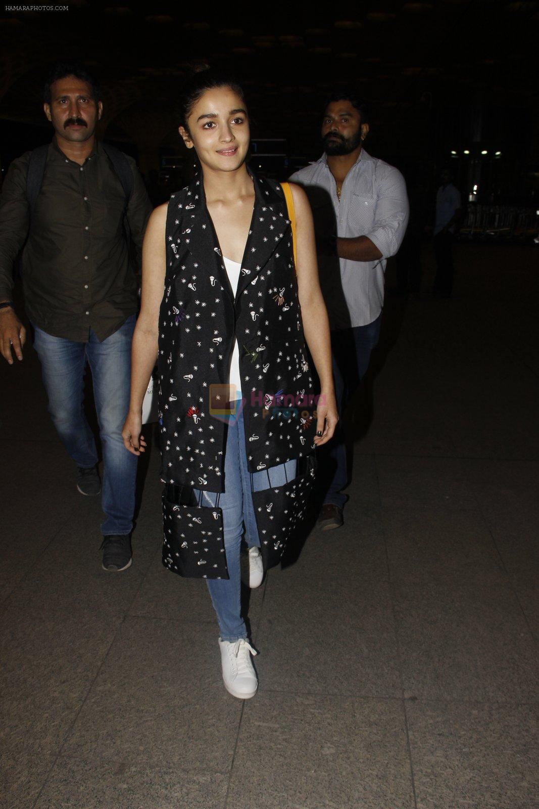 Alia Bhatt snapped at airport on 21st Nov 2016