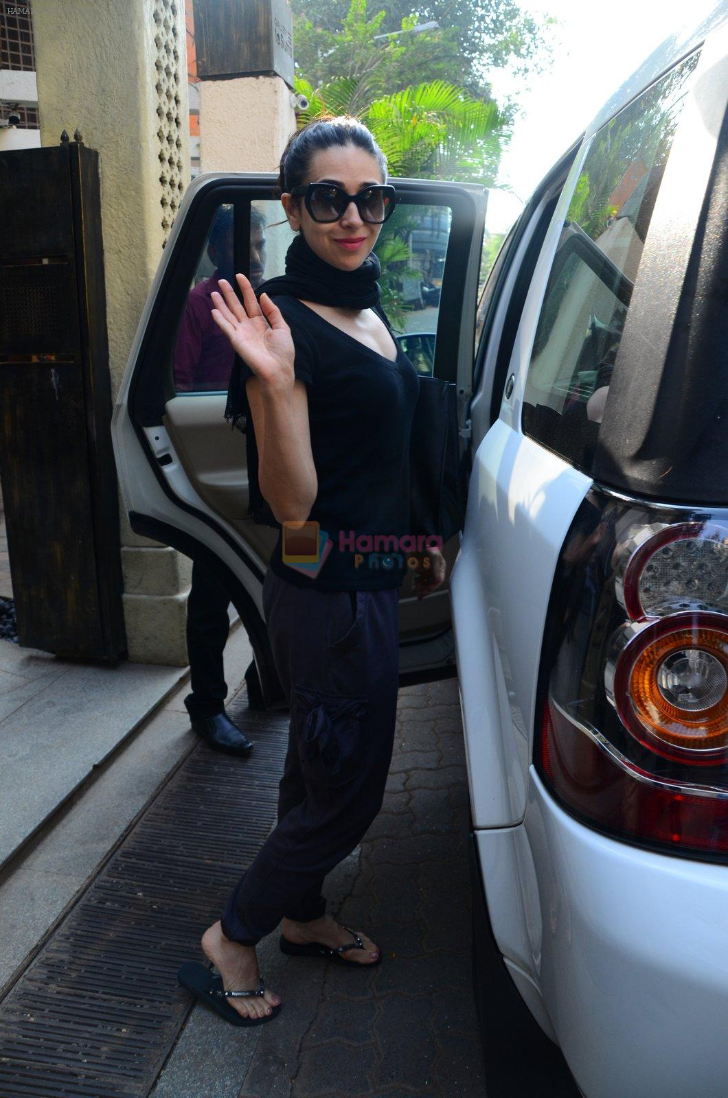 Karisma Kapoor snapped post lunch on 24th Nov 2016