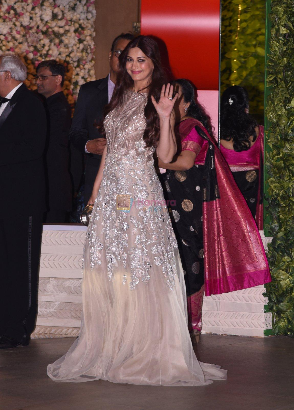 Sonali Bendre at the Ambani's wedding party of their niece, Isheta Salgaoncar on 24th Nov 2016
