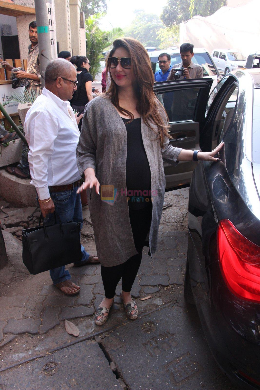 Kareena Kapoor snapped post lunch on 24th Nov 2016