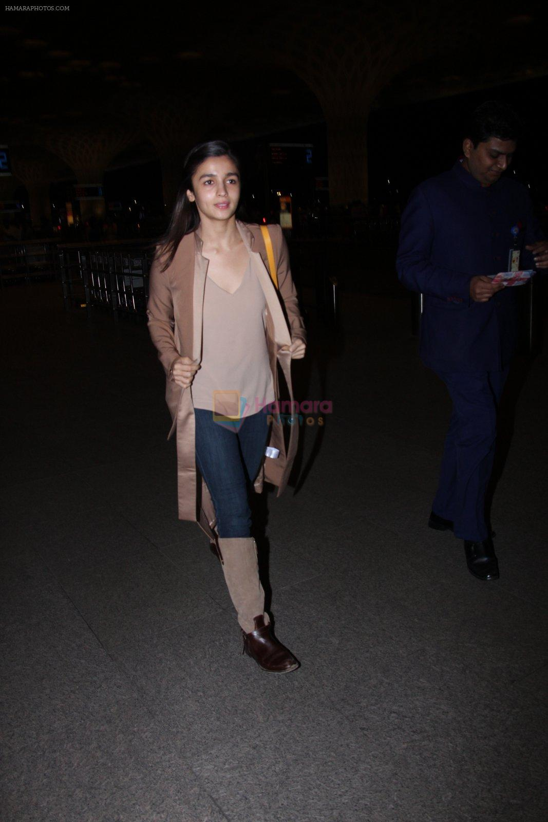 Alia Bhatt snapped at airport on 27th Nov 2016