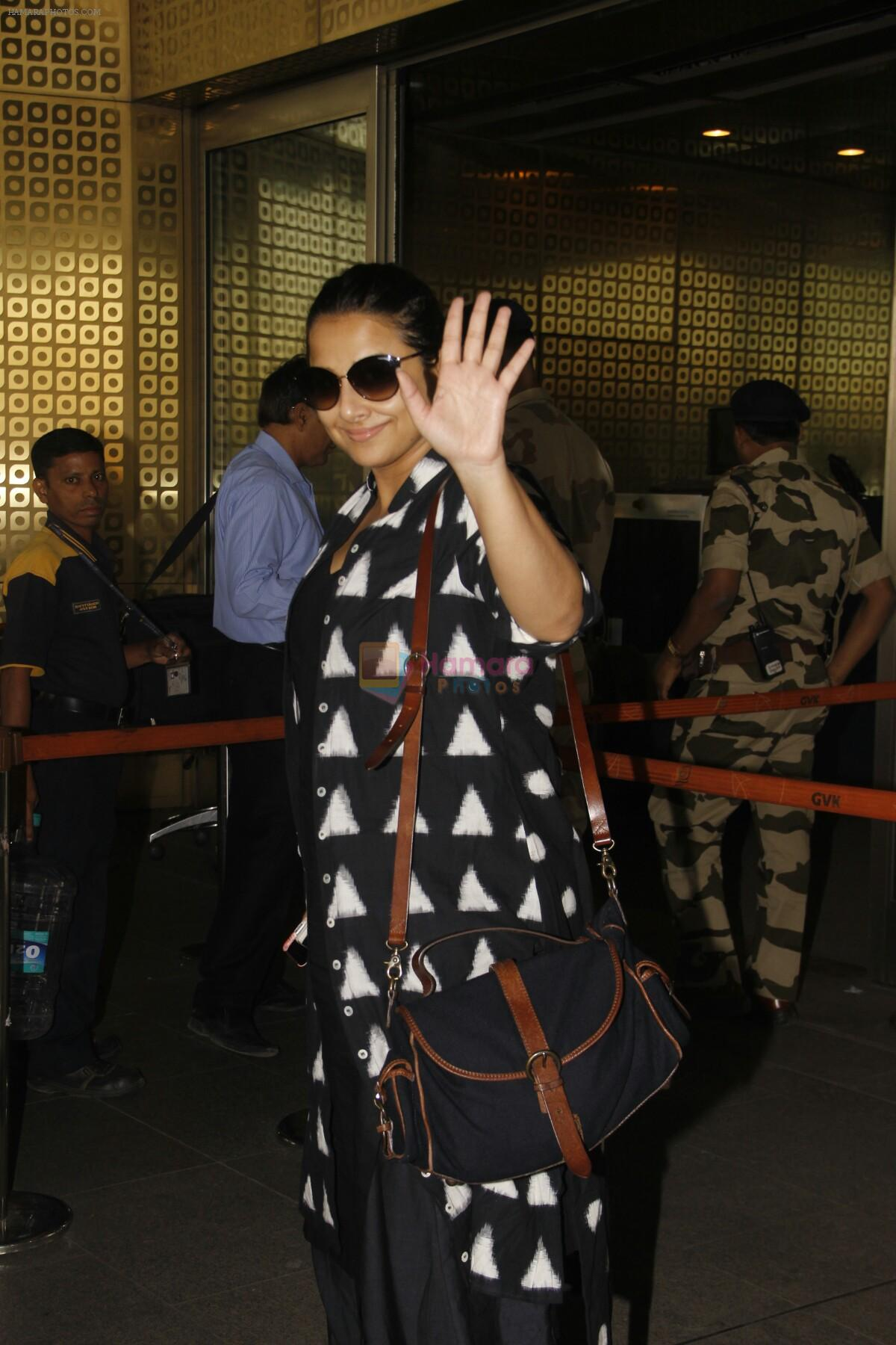 Vidya Balan snapped at Airport on 27th Nov 2016
