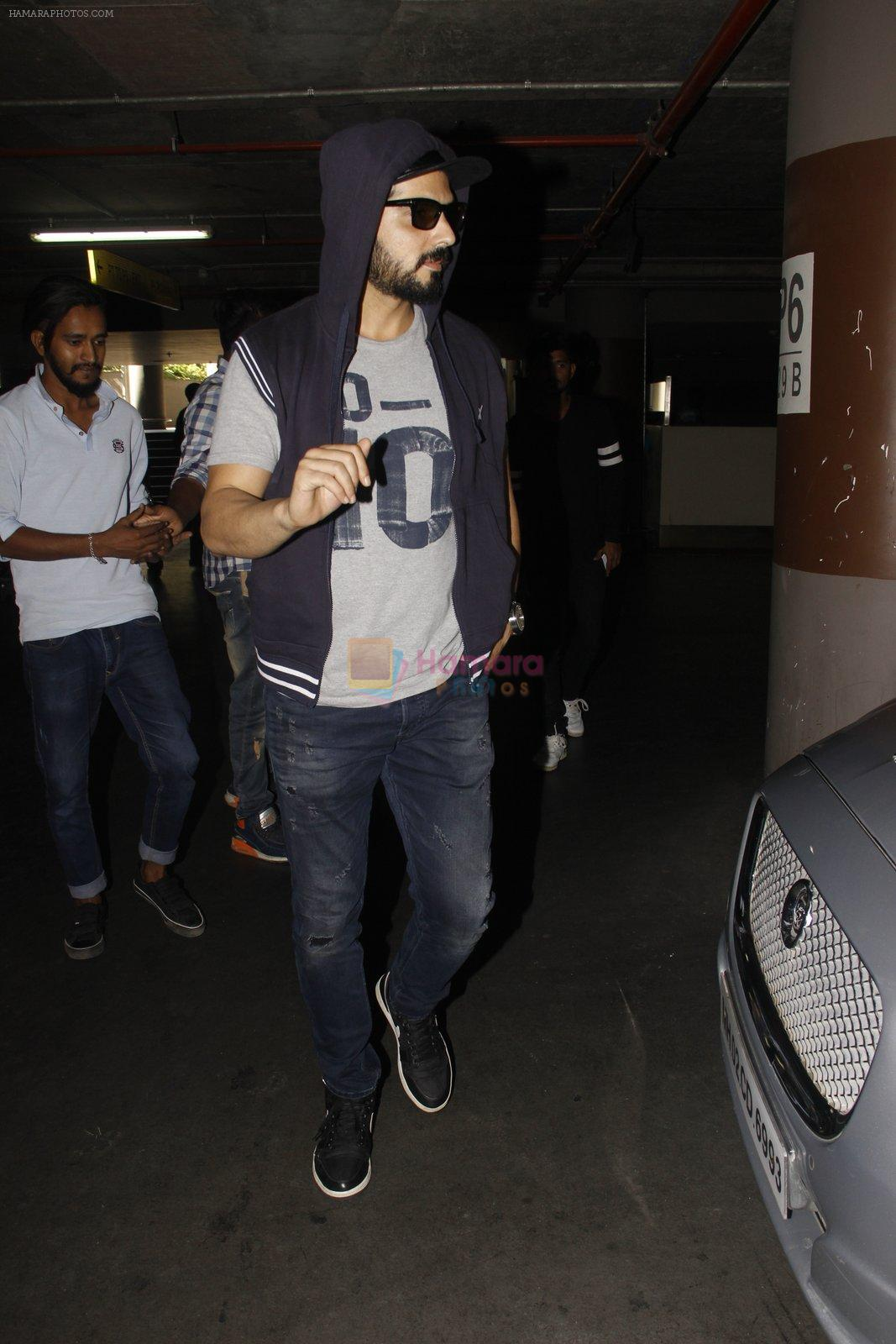 Zayed Khan snapped at airport on 28th Nov 2016