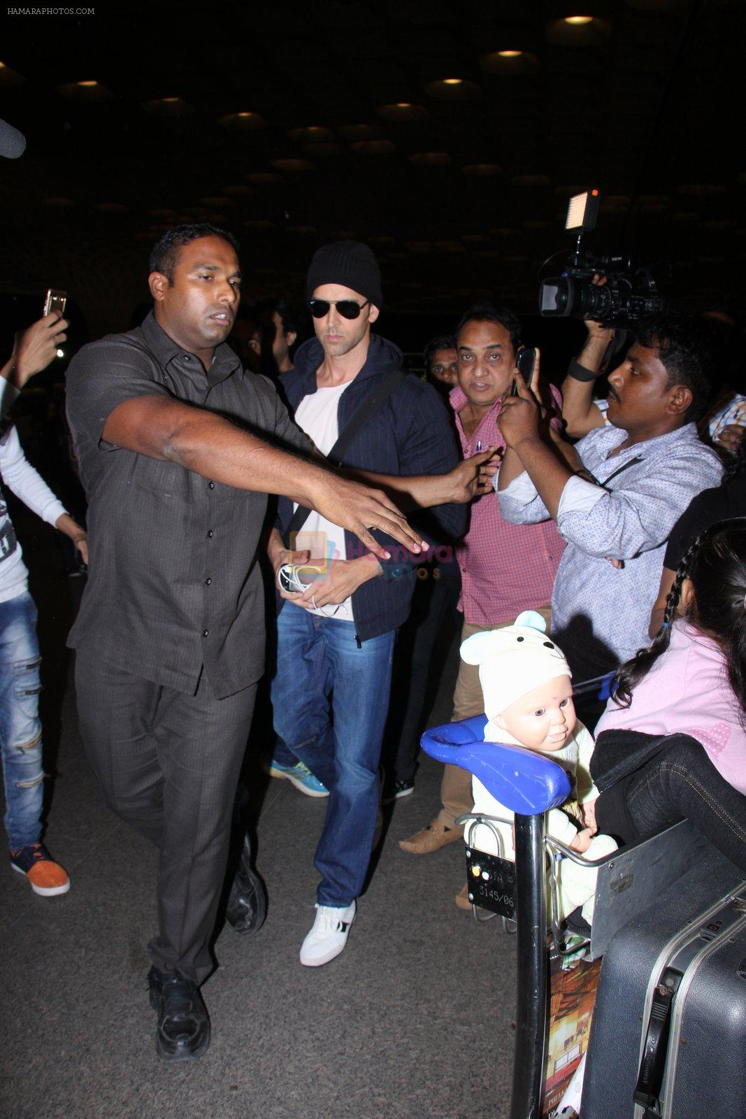 Hrithik Roshan snapped at airport on 28th Nov 2016
