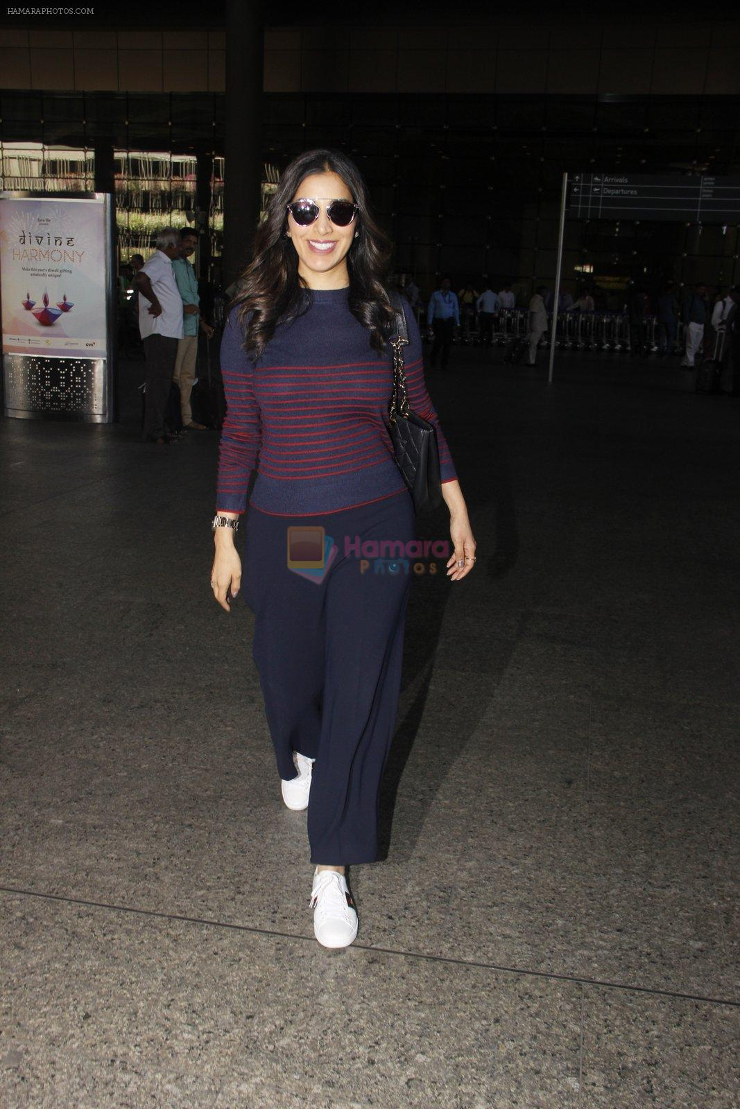Sophie Chaudhary snapped at airport on 28th Nov 2016