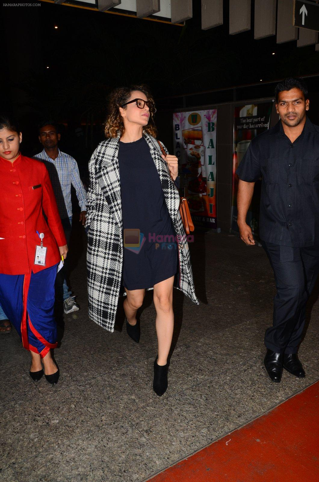 Kangana Ranaut snapped at airport on 28th Nov 2016