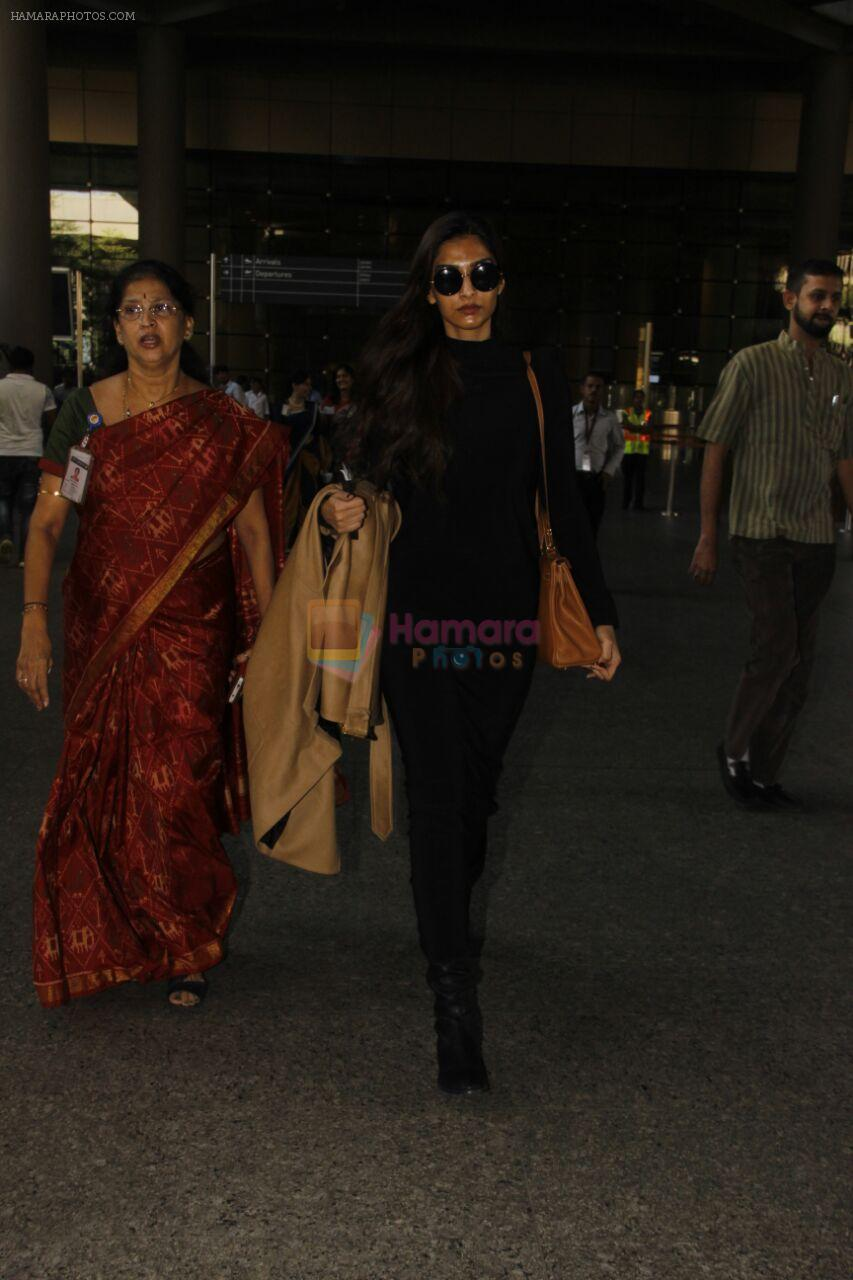 Sonam Kapoor snapped at airport on 29th Nov 2016