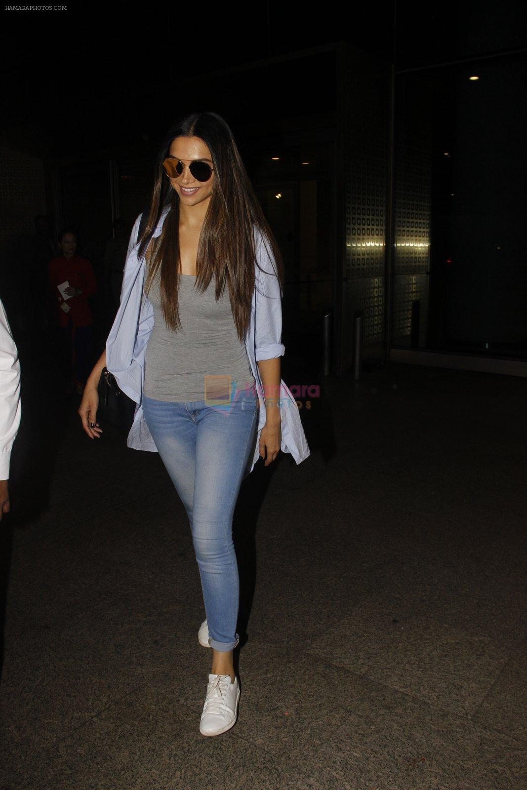 Deepika Padukone snapped at airport on 30th Nov 2016