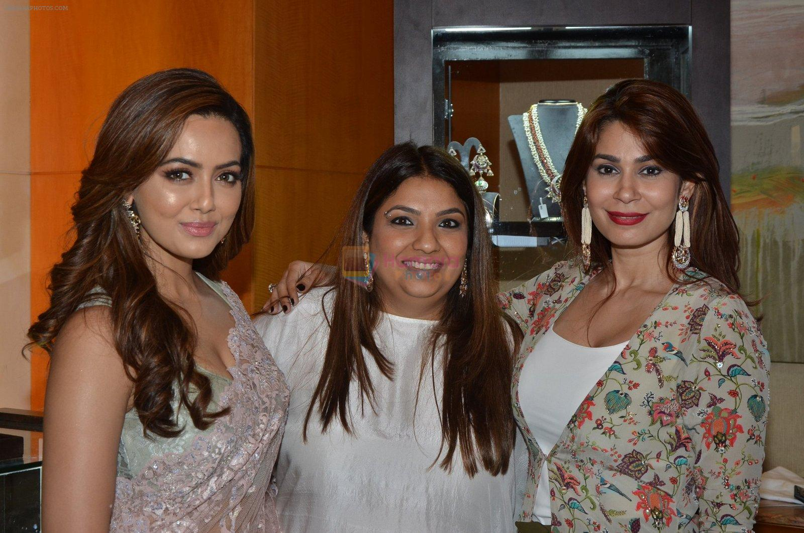 Sana Khan at Payal Singhal, Shaheen Abbas, Nisha Jhangiani trunk show on 1st Dec 2016