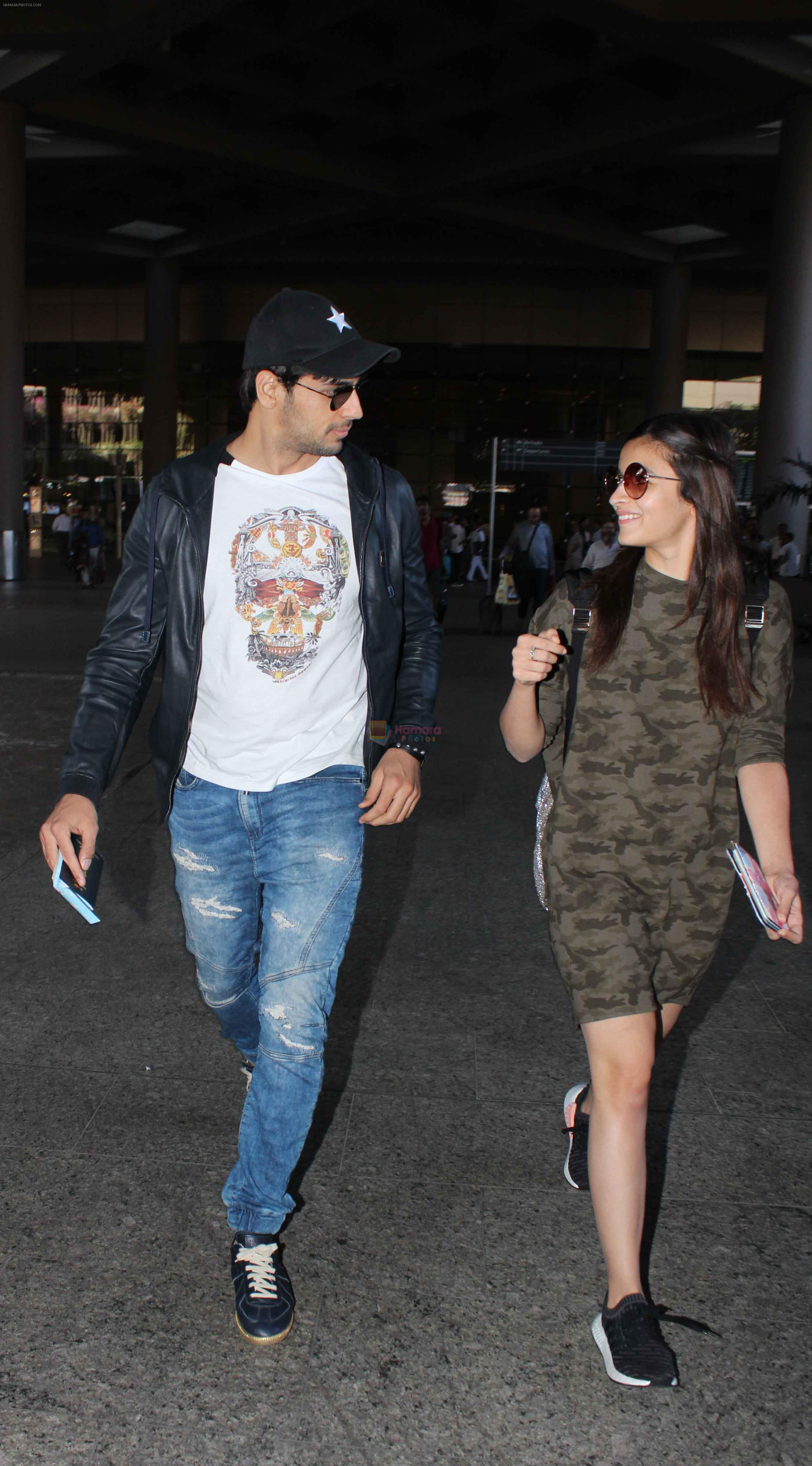 Alia Bhatt, Sidharth Malhotra snapped at airport on 21st Dec 2016