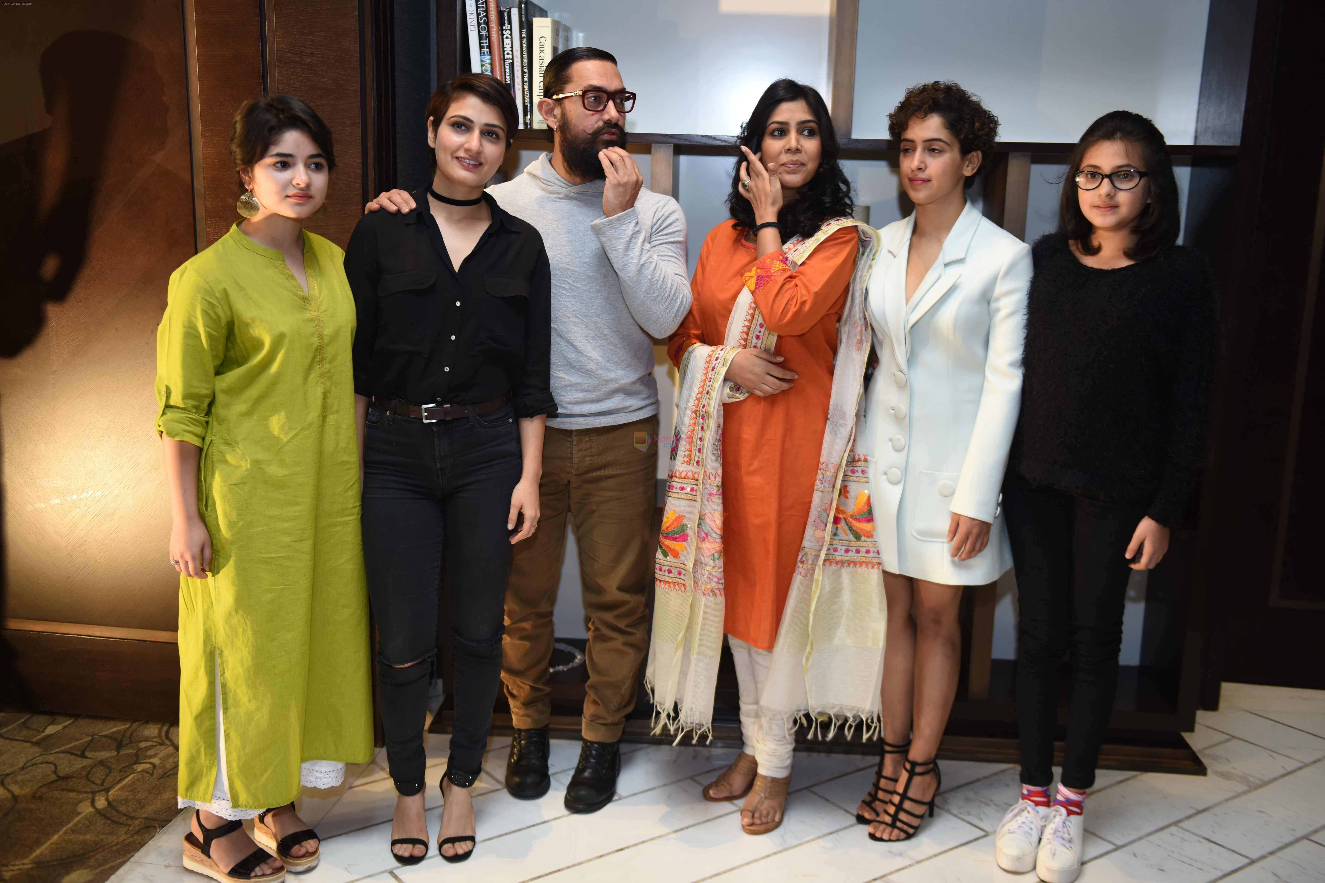 Aamir Khan, Sakshi Tanwar, Fatima Sana Shaikh, Sanya Malhotra with Dangal Team in Delhi on 26th Dec 2016