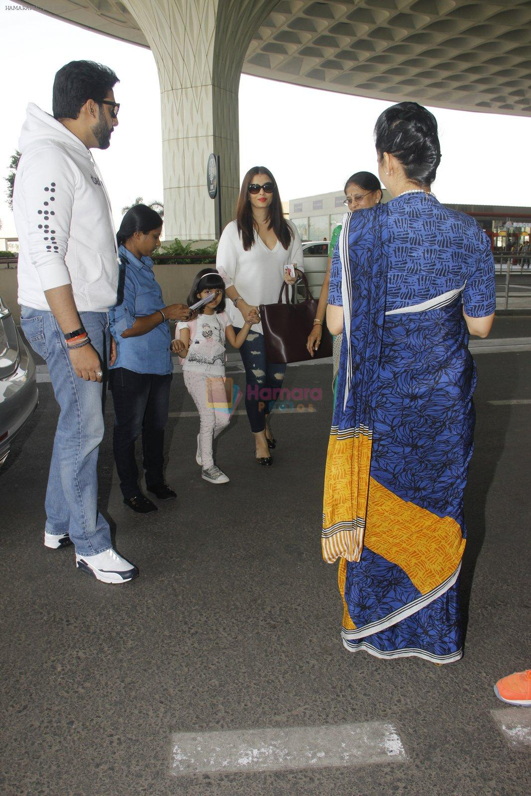 Aishwarya Rai Bachchan,Abhishek Bachchan snapped at airport on 28th Dec 2016