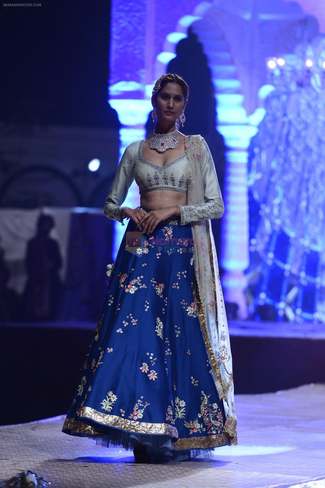 Model at Anju Modi Luxury Festive 2017 collection on 29th Dec 2016