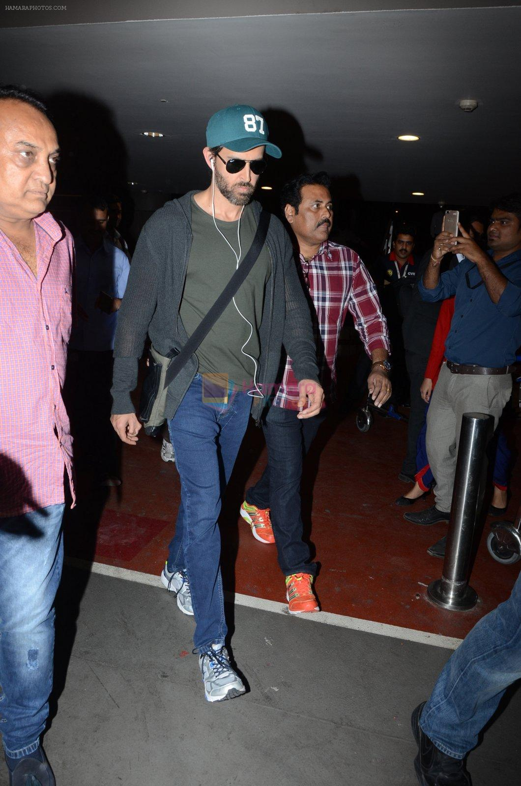 Hrithik Roshan snapped at airport on 30th Dec 2016
