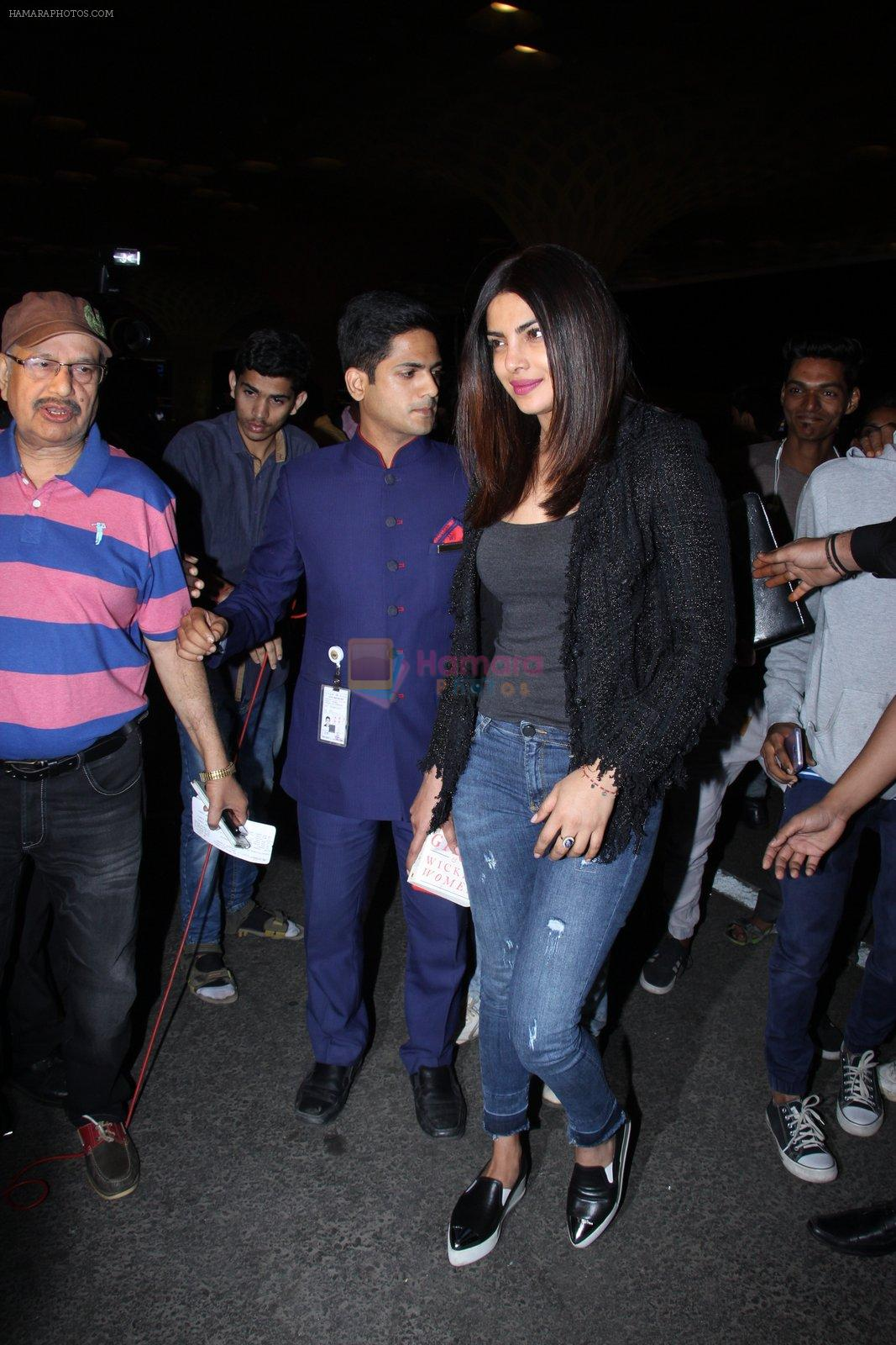Priyanka Chopra snapped at airport on 1st Jan 2016