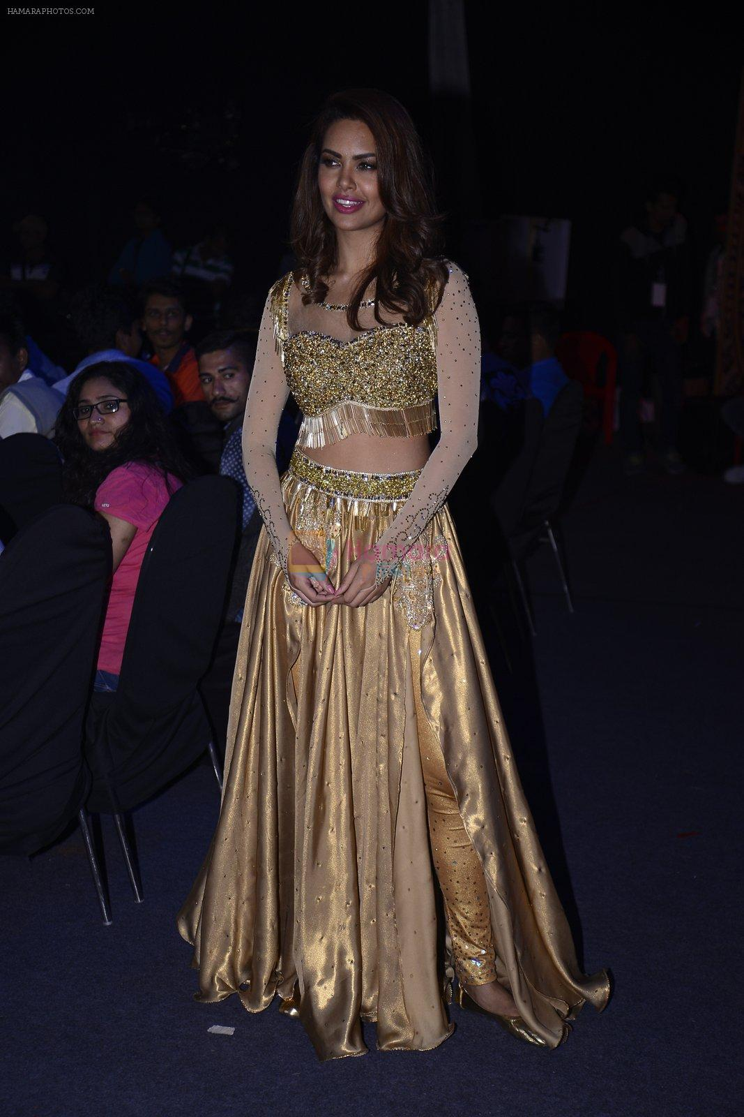 Esha Gupta at Star Plus Dhakkad Dhamaal on 8th Jan 2017