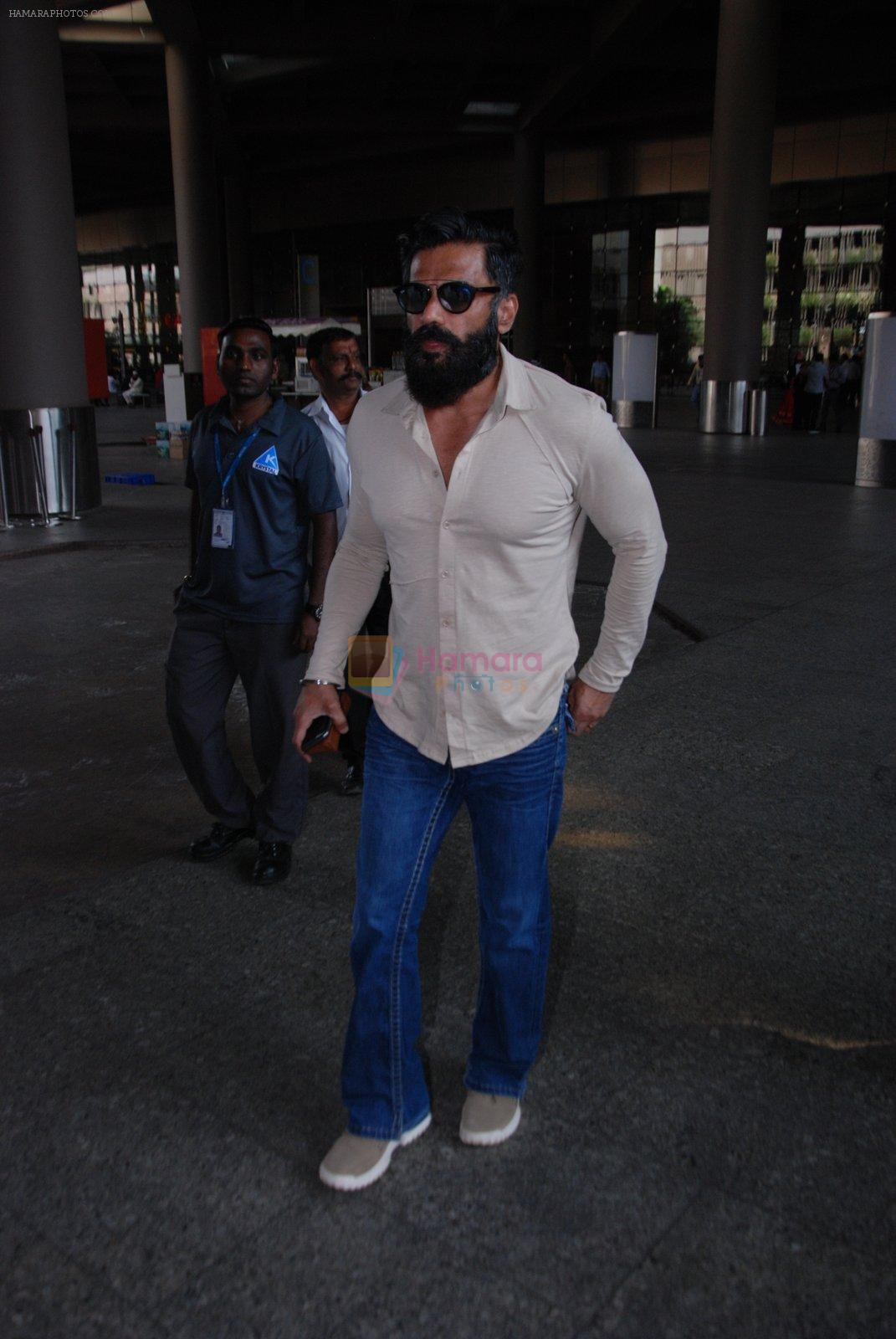 Sunil Shetty snapped at airport on 31st Jan 2017