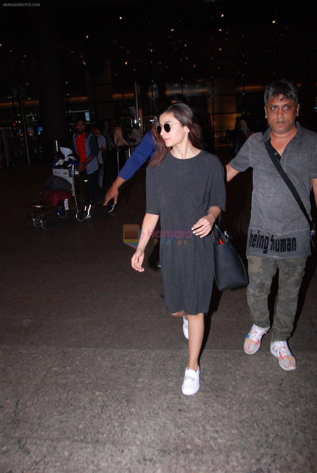 Alia Bhatt snapped at airport on 31st Jan 2017