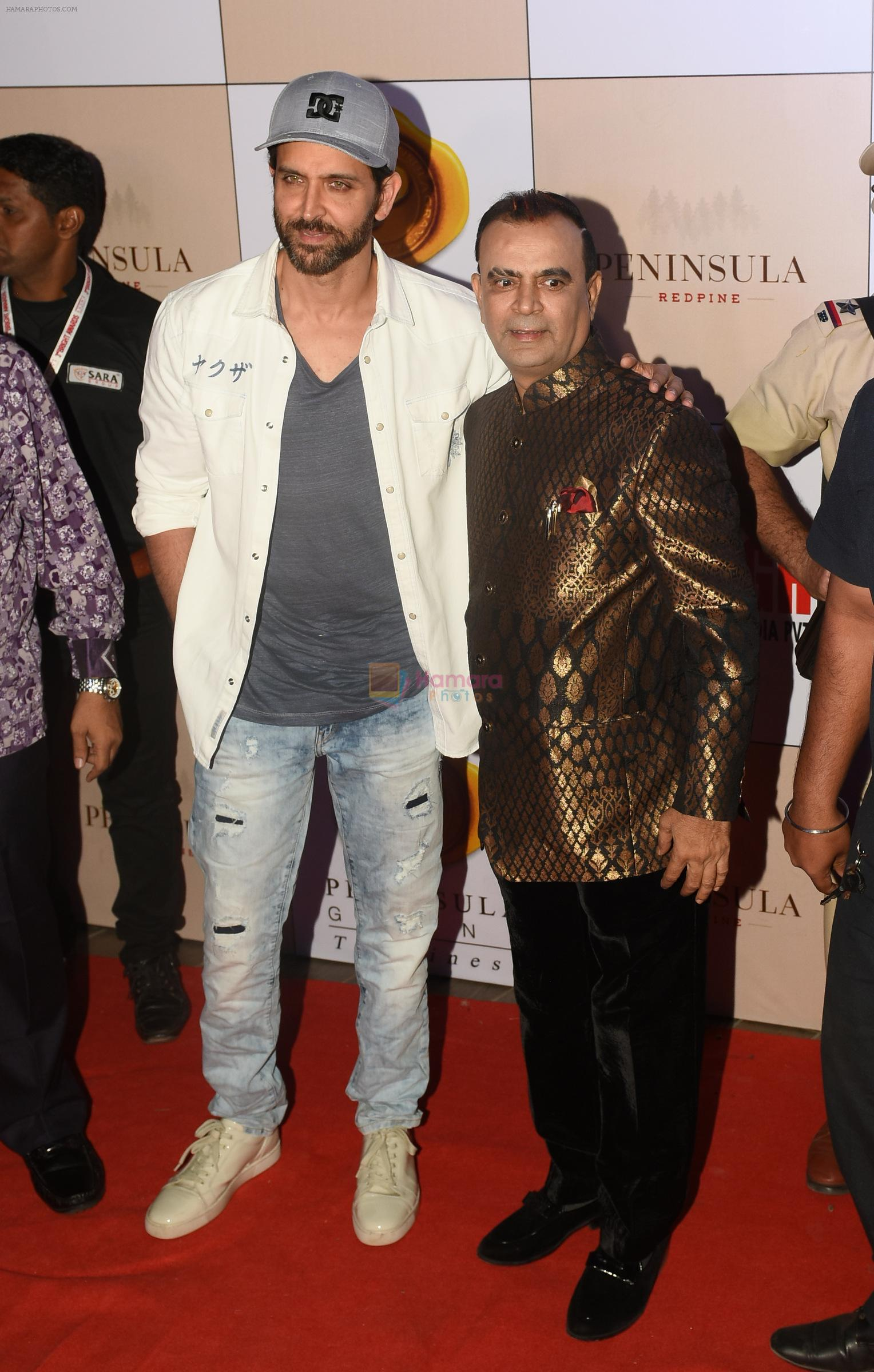 Yogesh Lakhani with Hrithik Roshan at 3rd Bright Awards 2017 in Mumbai on 6th Feb 2017