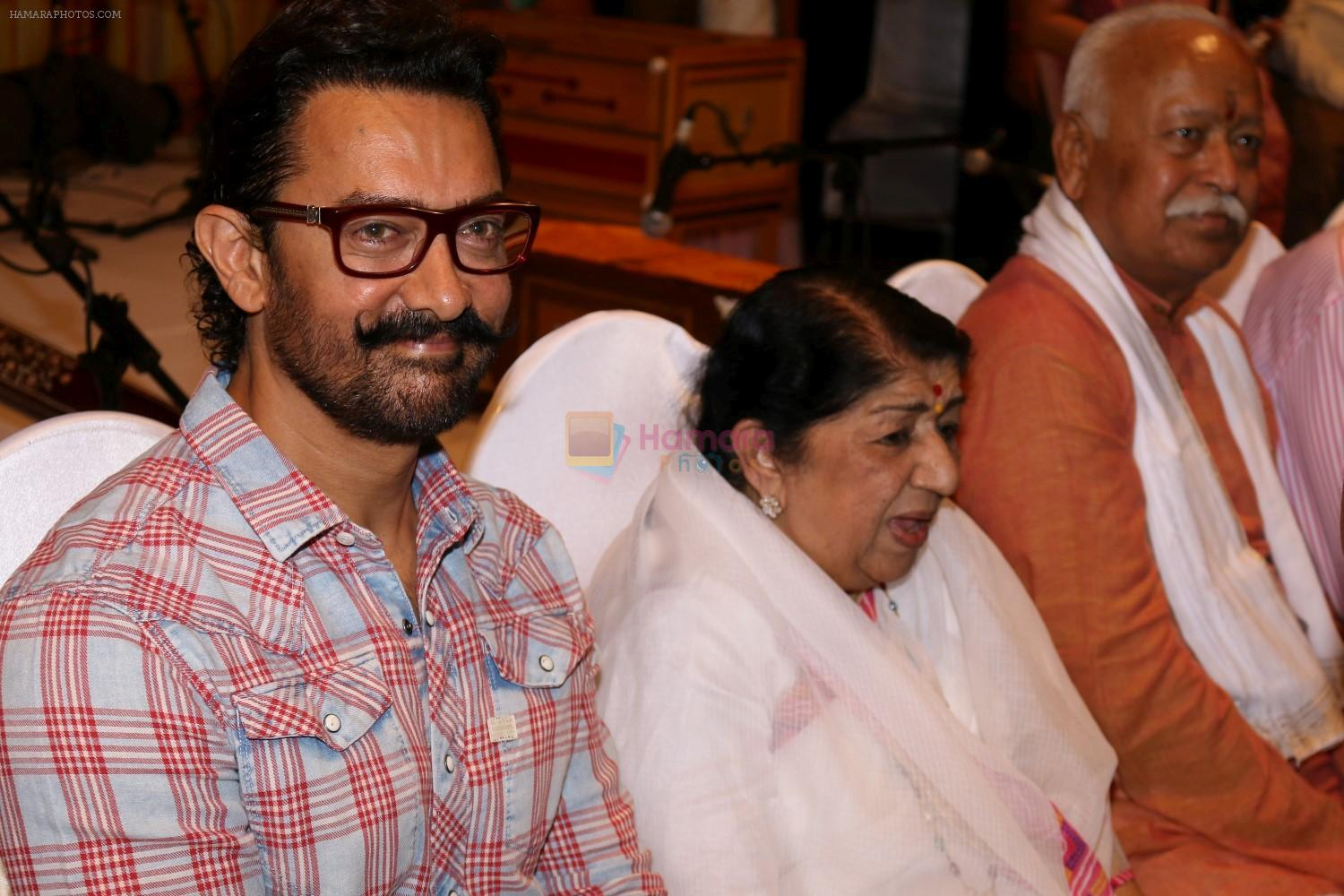 Amir Khan, Lata Mangeshkar attend Master Dinanath Mangeshkar Puraskar 2017 on 24th April 2017