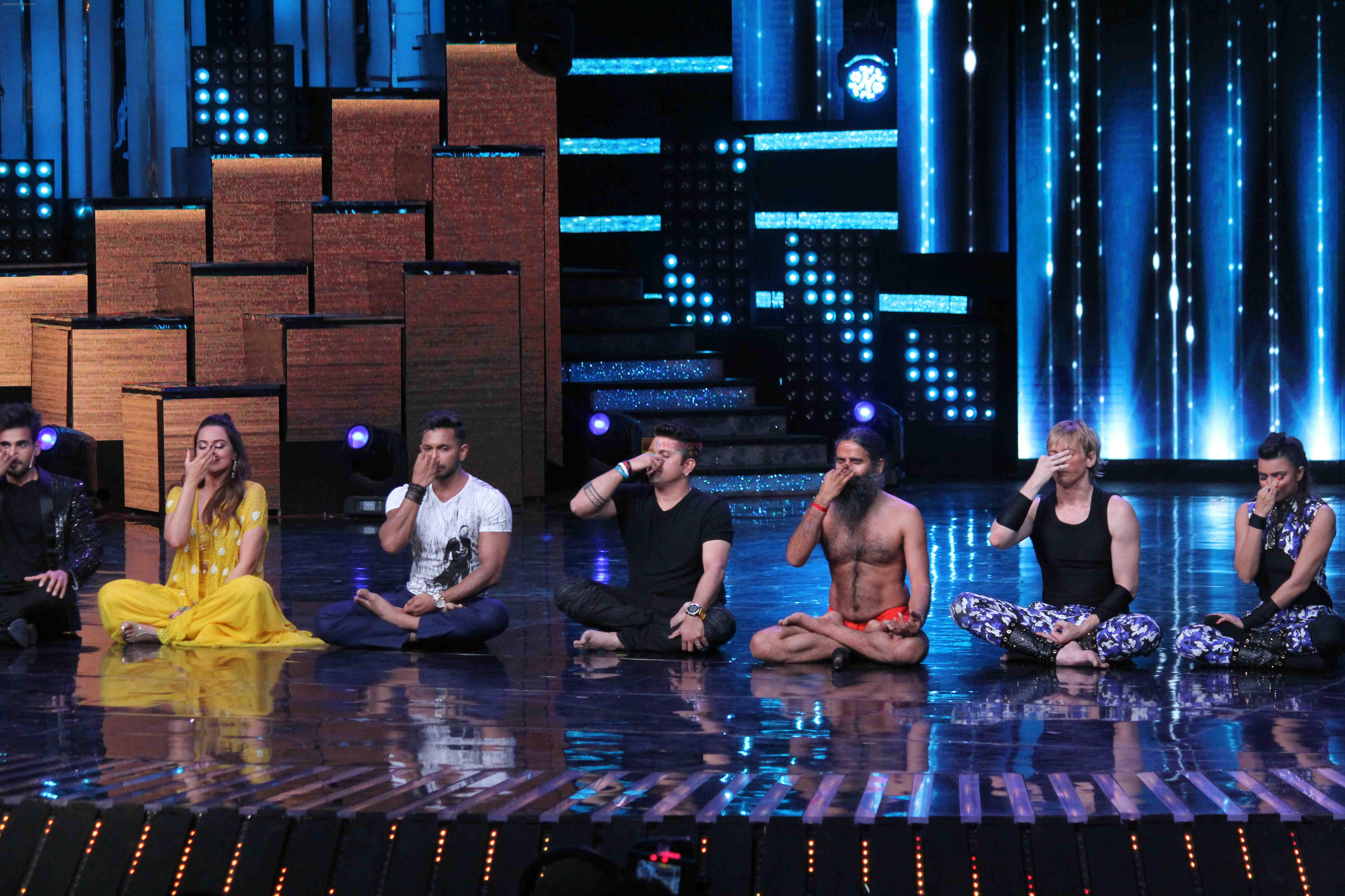 Mohit Suri, Baba Ramdev on the sets of Nach Baliye Season 8 on 16th May 2017