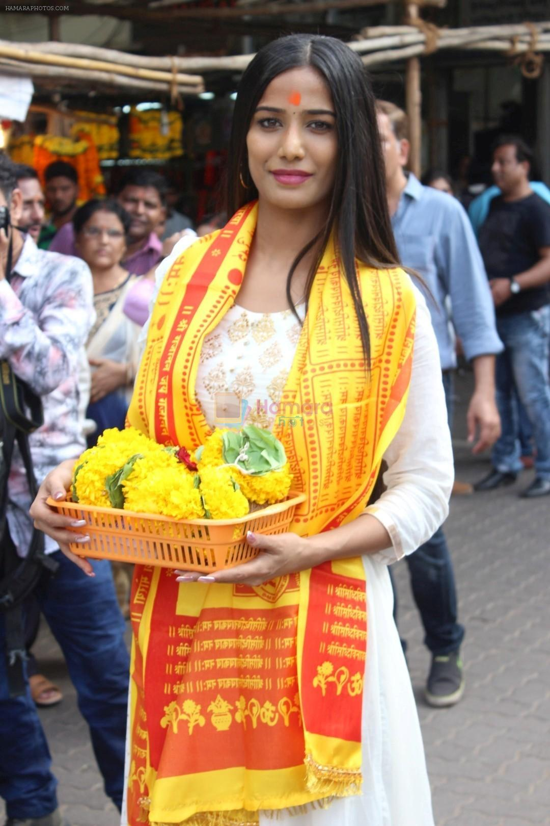 Poonam Pandey Visit Siddhivinayak Temple For Blessings on 19th May 2017