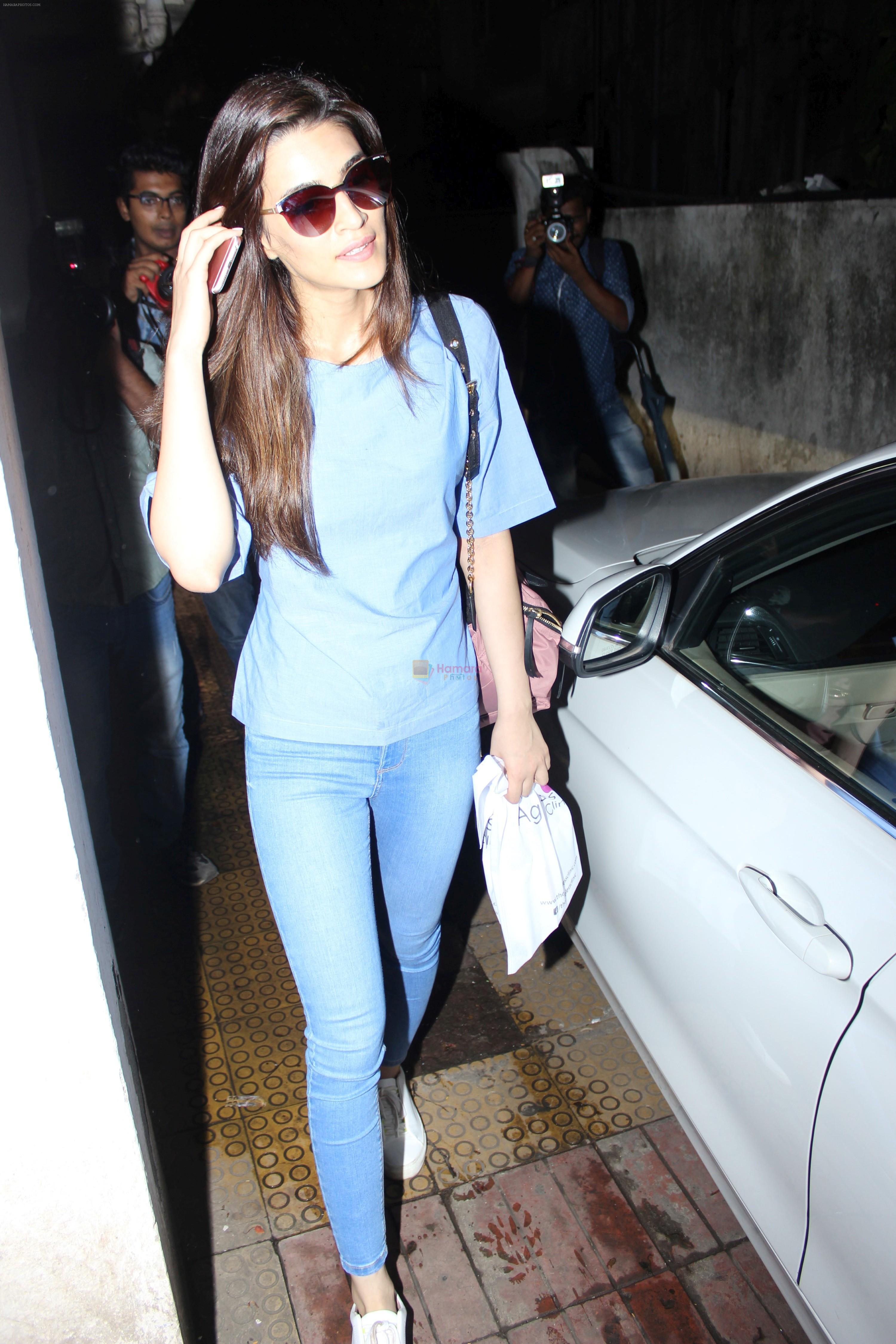 Kriti Sanon Spotted At Bandra on 15th June 2017