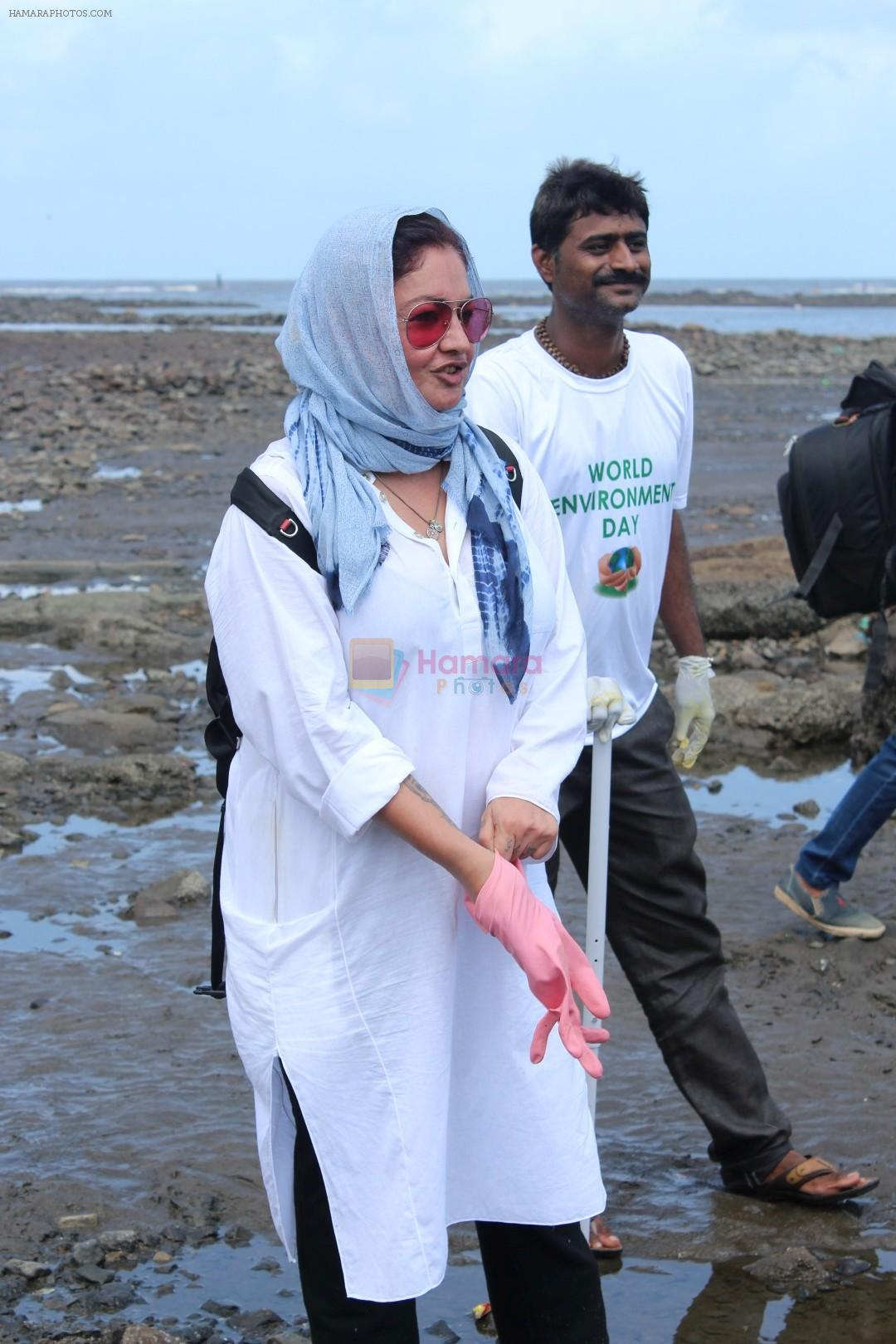Pooja Bhatt at Chimbai Beach Clean Up Drive By BMC on 18th June 2017