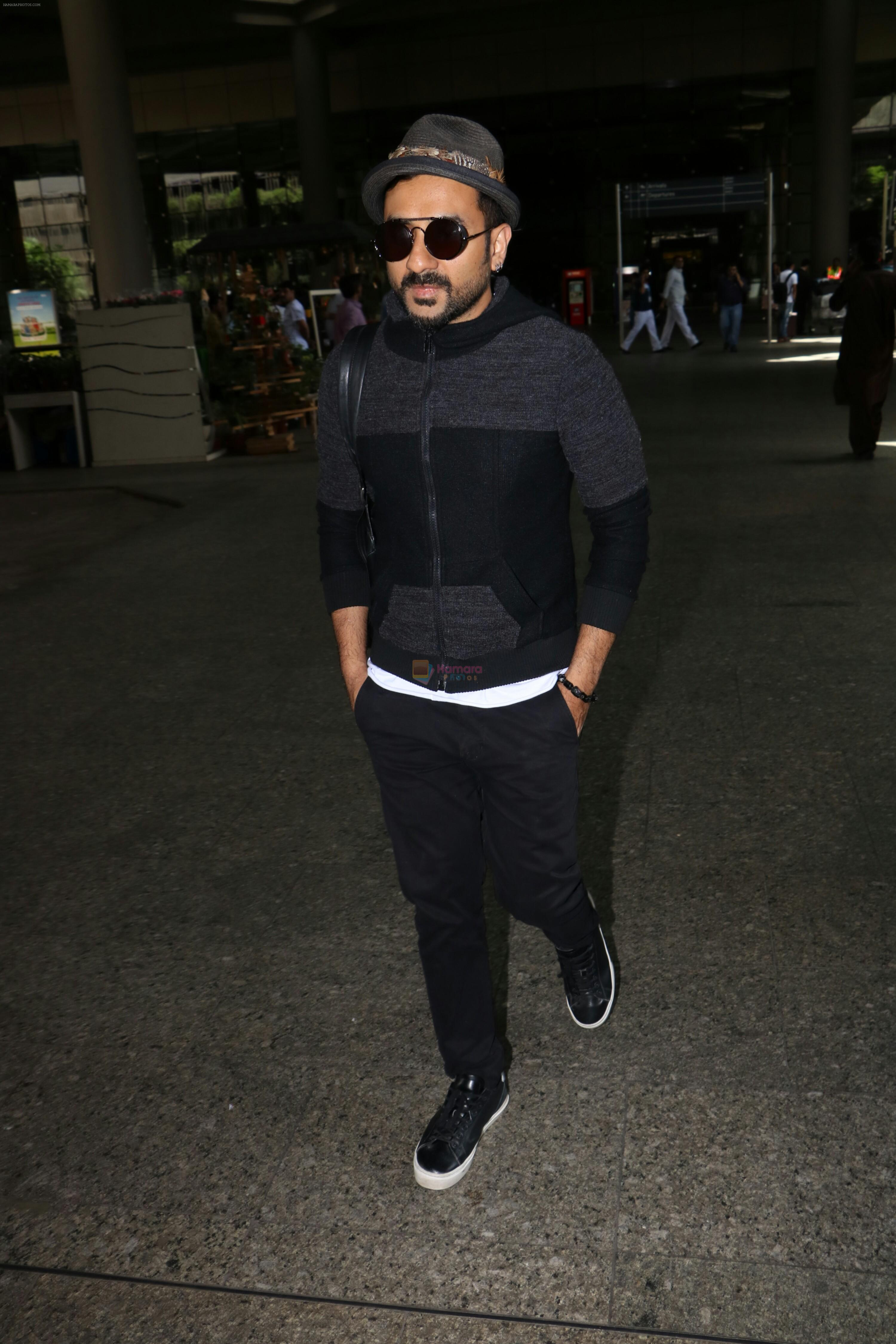 Vir Das Spotted At Airport on 2nd Sept 2017