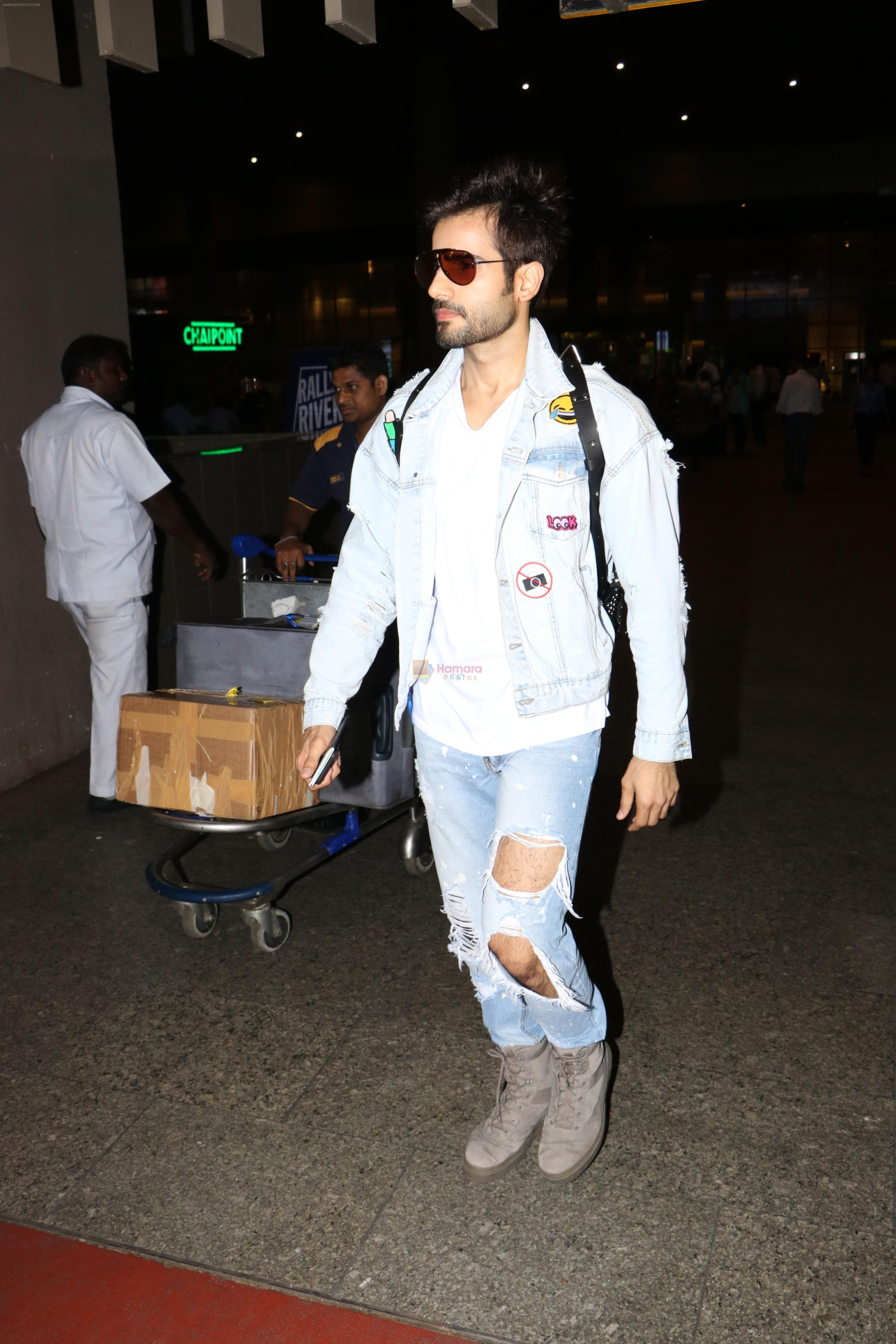 Karan Tacker Spotted At Airport on 22nd Sept 2017