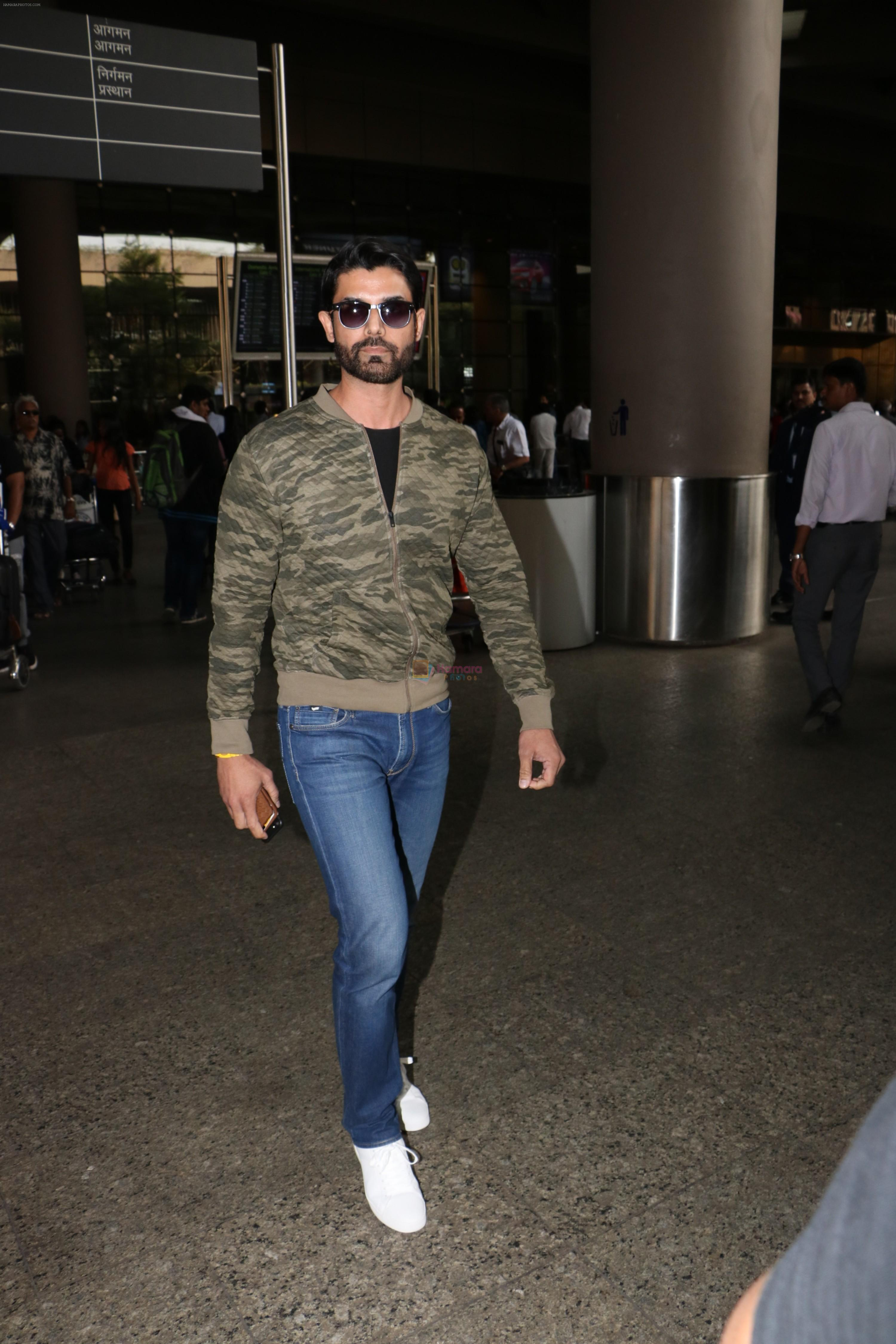 Amit Gaur Spotted At Airport on 18th Nov 2017