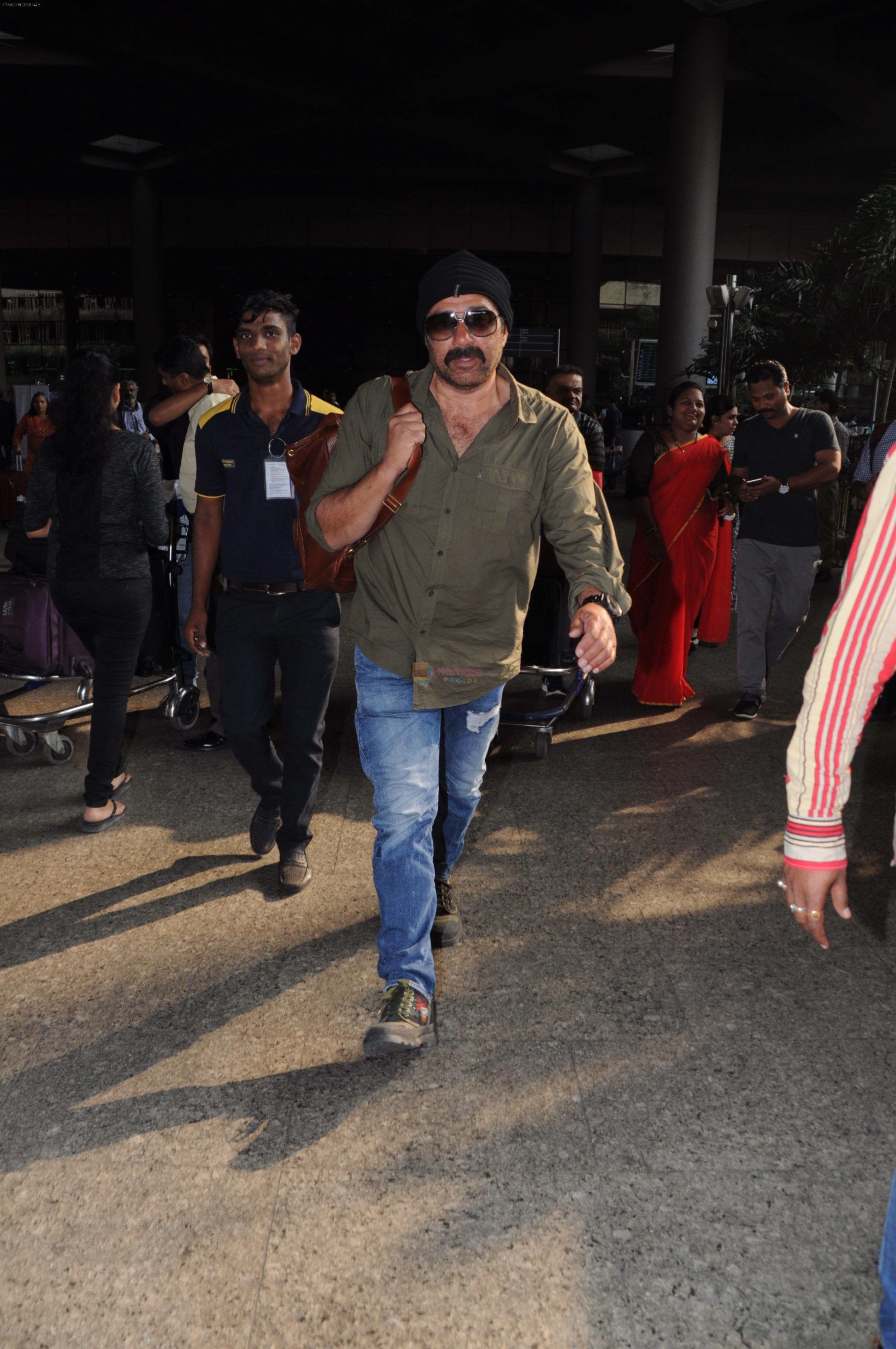 Sunny Deol Spotted At Airport on 21st Nov 2017 / Sunny ...