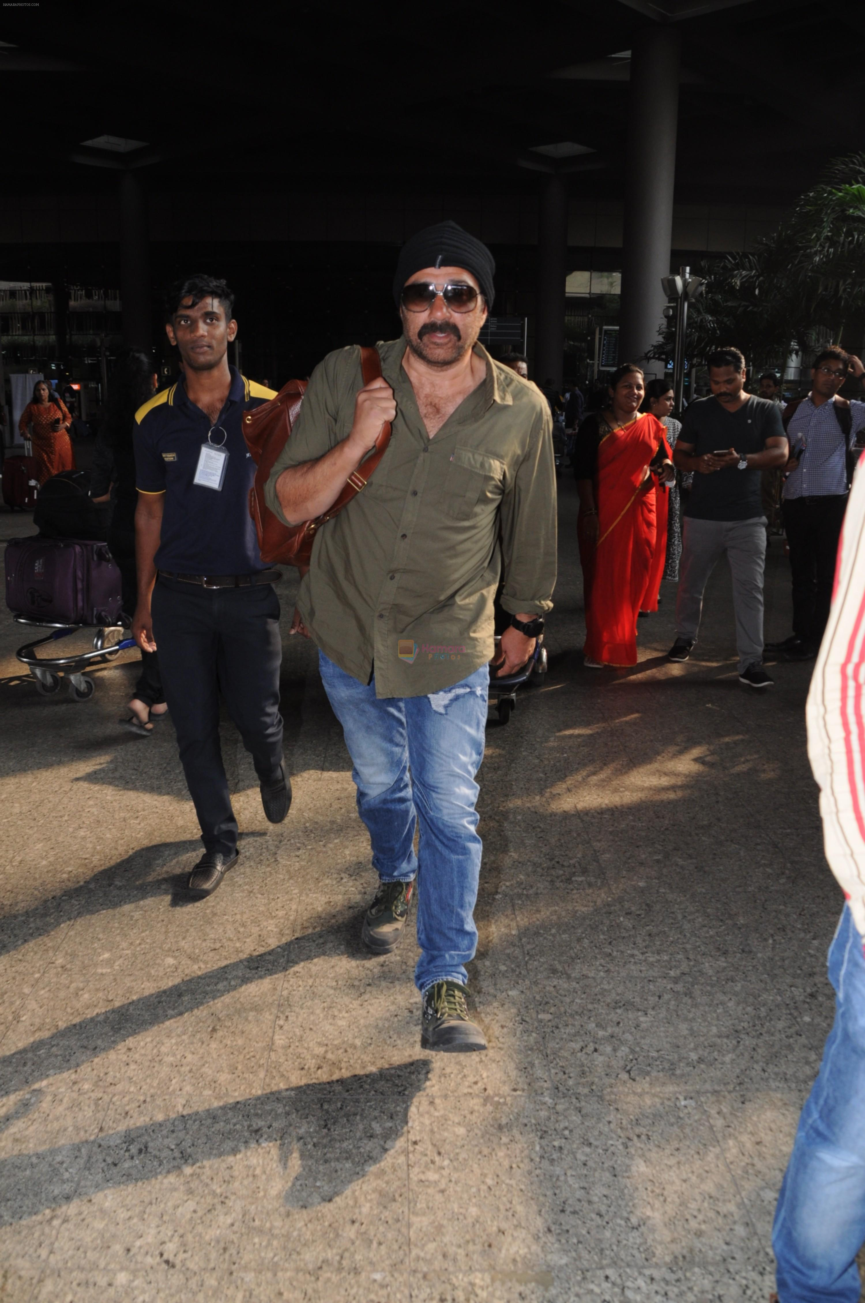 Sunny Deol Spotted At Airport on 21st Nov 2017