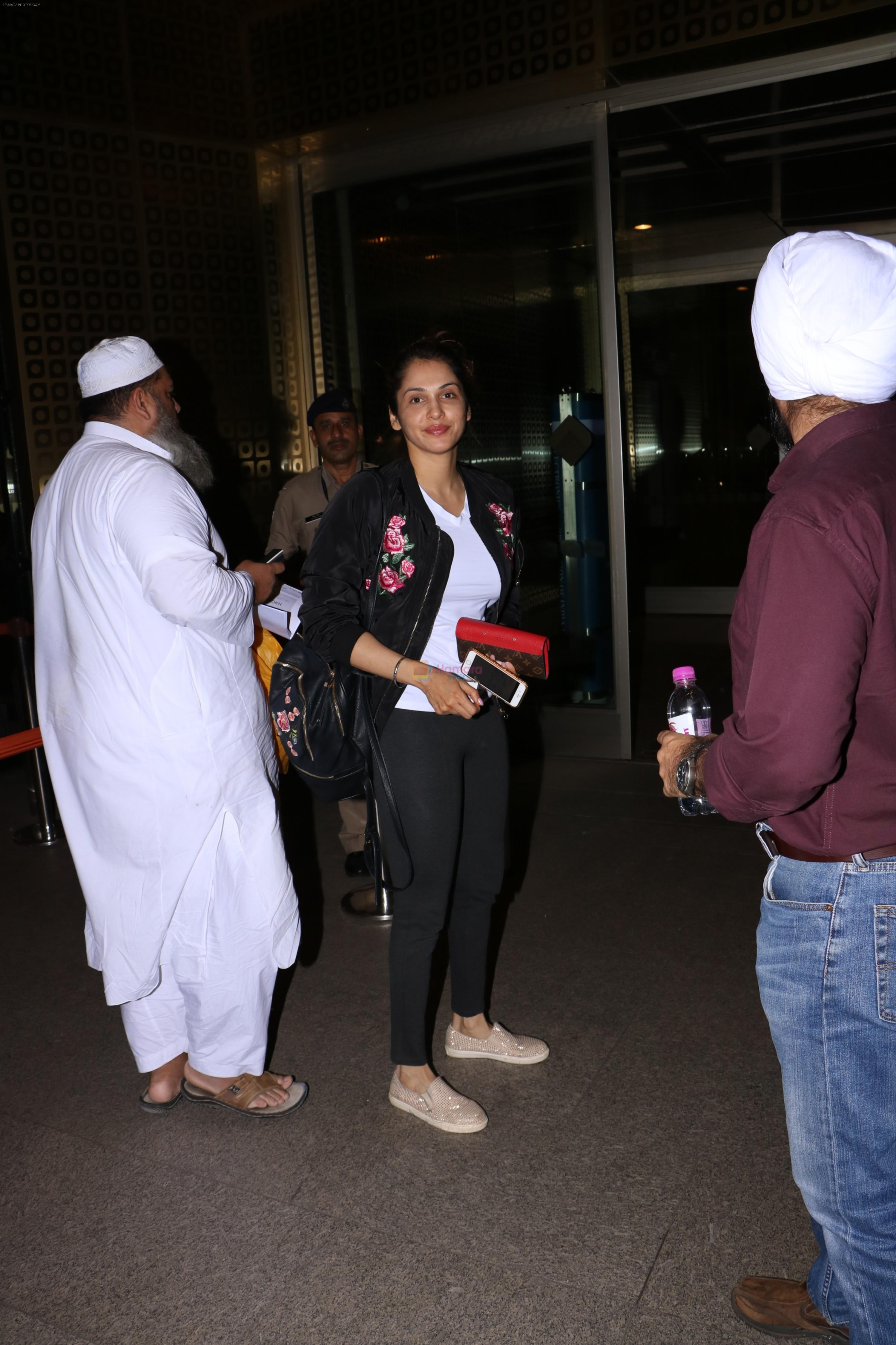 Isha Koppikar Spotted At Airport on 22nd Nov 2017