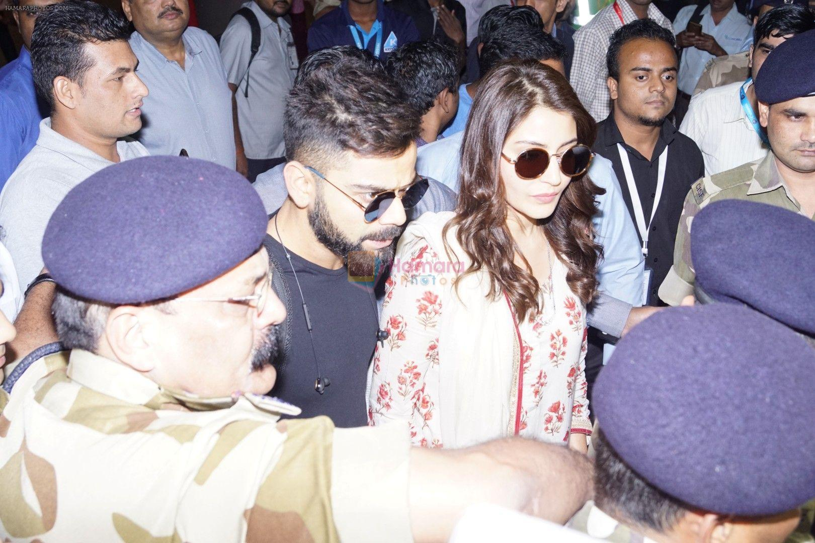 Anushka Sharma And Virat Kohli Spotted At Airport on 22nd Dec 2017