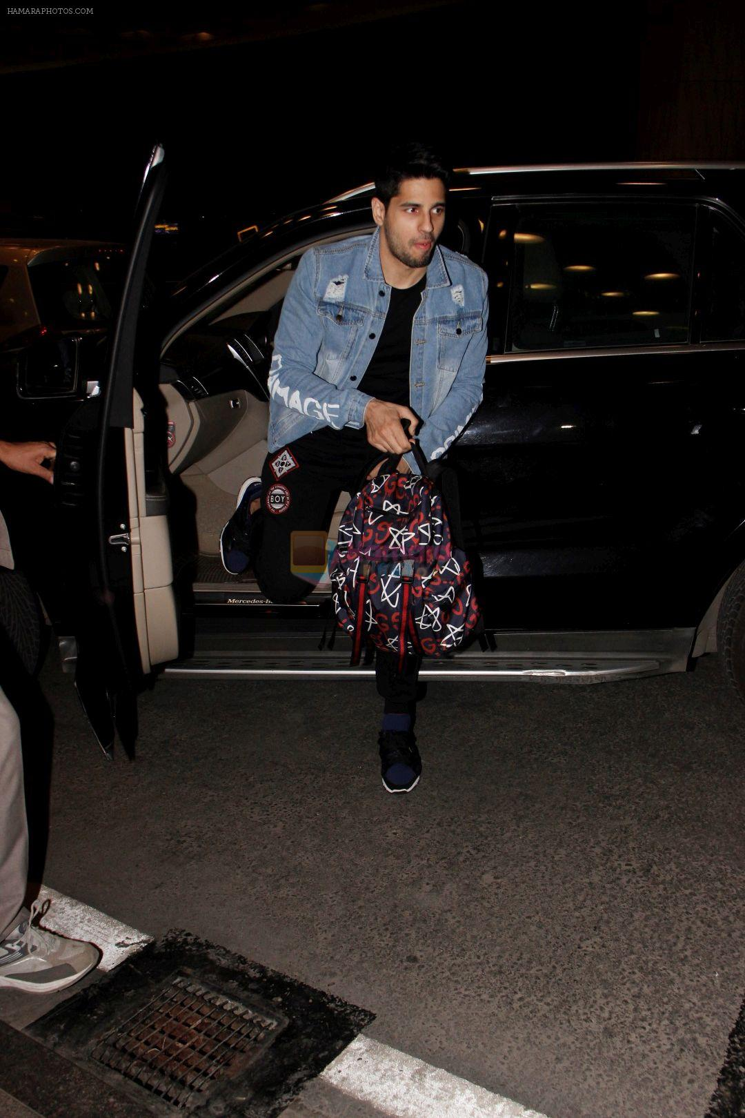 Sidharth Malhotra Spotted At Airport on 29th Dec 2017