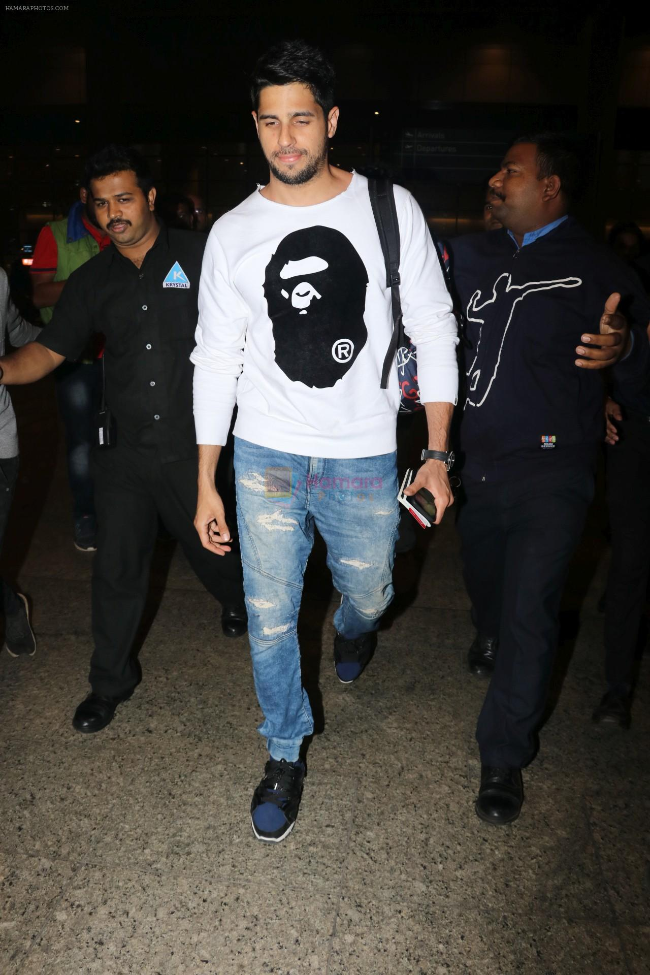 Sidharth Malhotra Spotted At Airport on 2nd Jan 2018