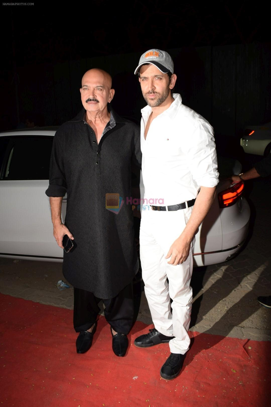 Hrithik Roshan, Rakesh Roshan at Kirtan Darbar in jvpd ground juhu on 6th Jan 2018