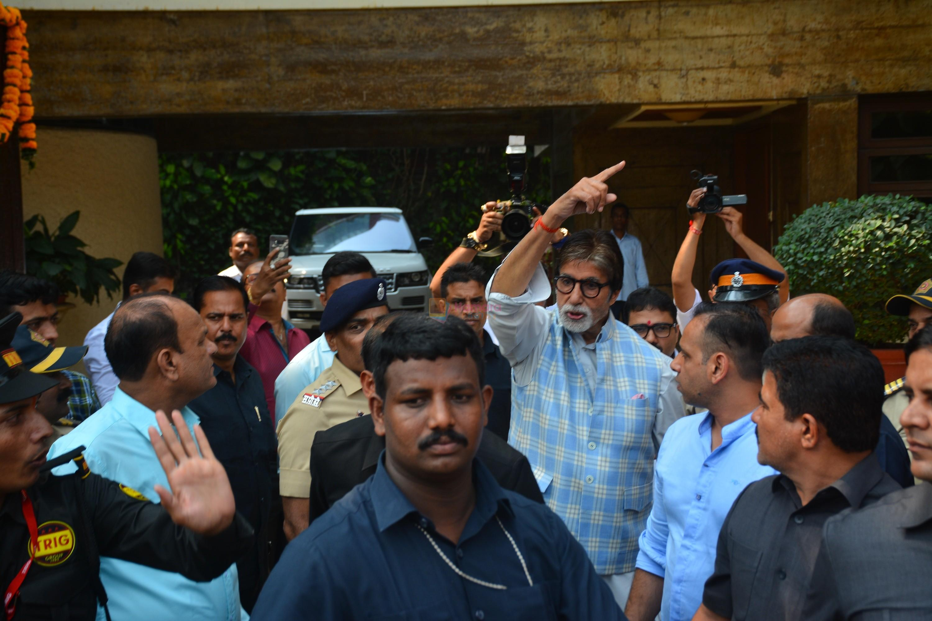 Amitabh Bachchan meets his fans on his birthday at his juhu house on 10th Oct 2018