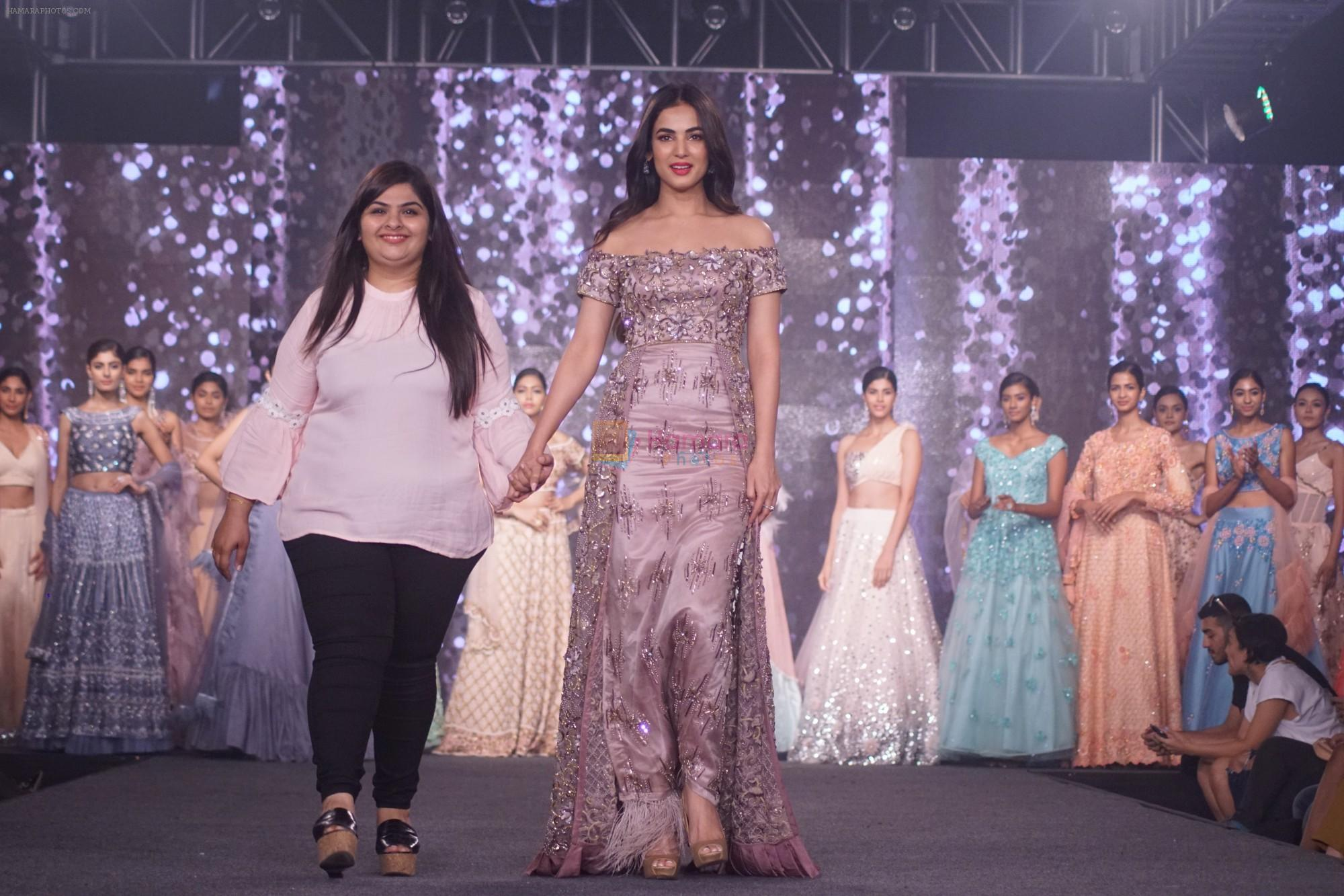 Sonal Chauhan Walk The Ramp As ShowStopper For Designer Sneha Parekh At The Wedding Junction Show on 28th Oct 2018