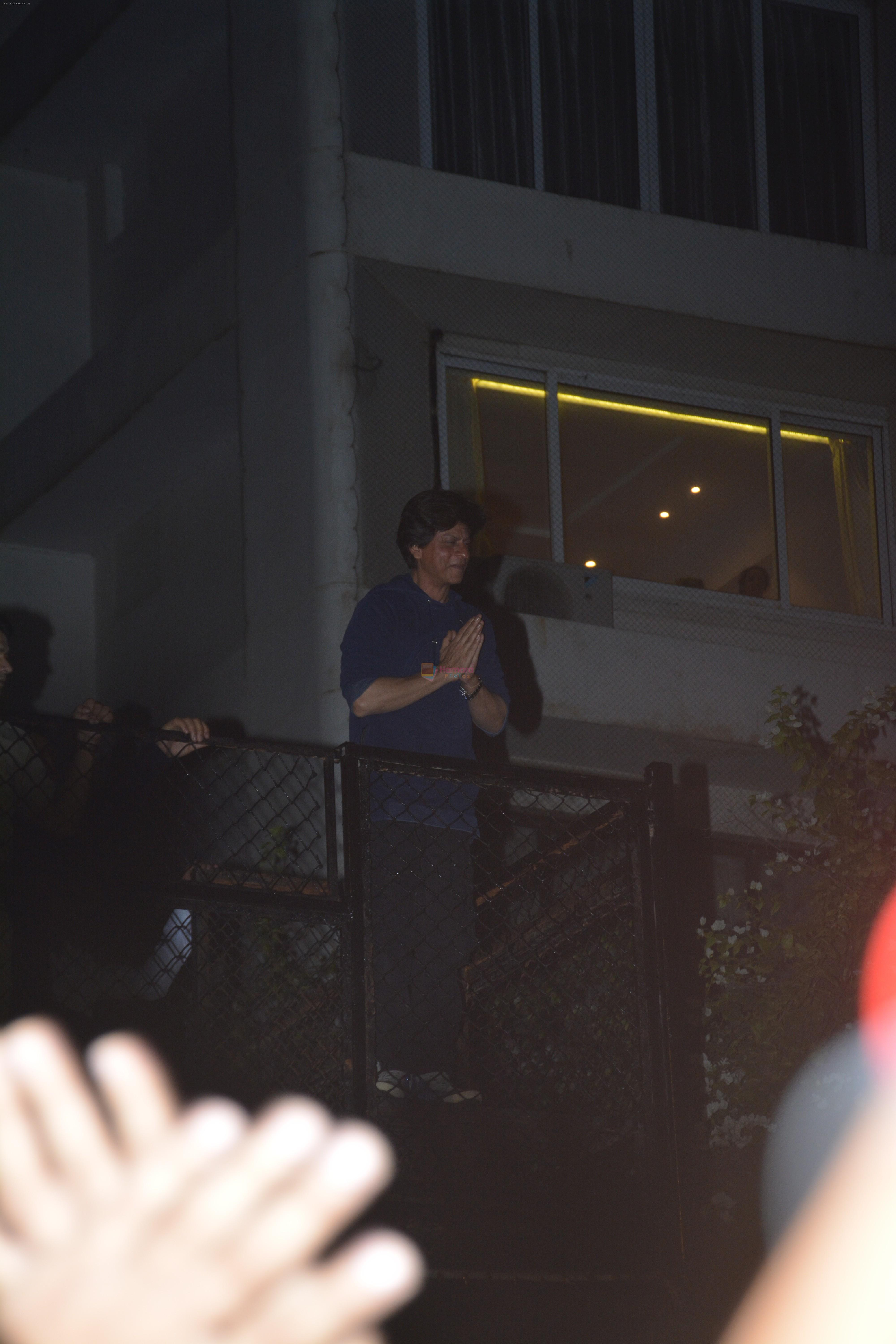 Shahrukh Khan waves to his fans on his birthday at his bandra residence on 1st Nov 2018