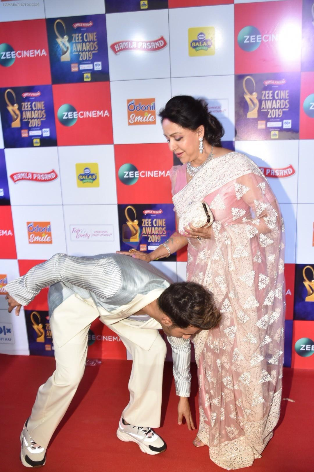 Hema Malini, Varun Dhawan at Zee cine awards red carpet on 19th March 2019
