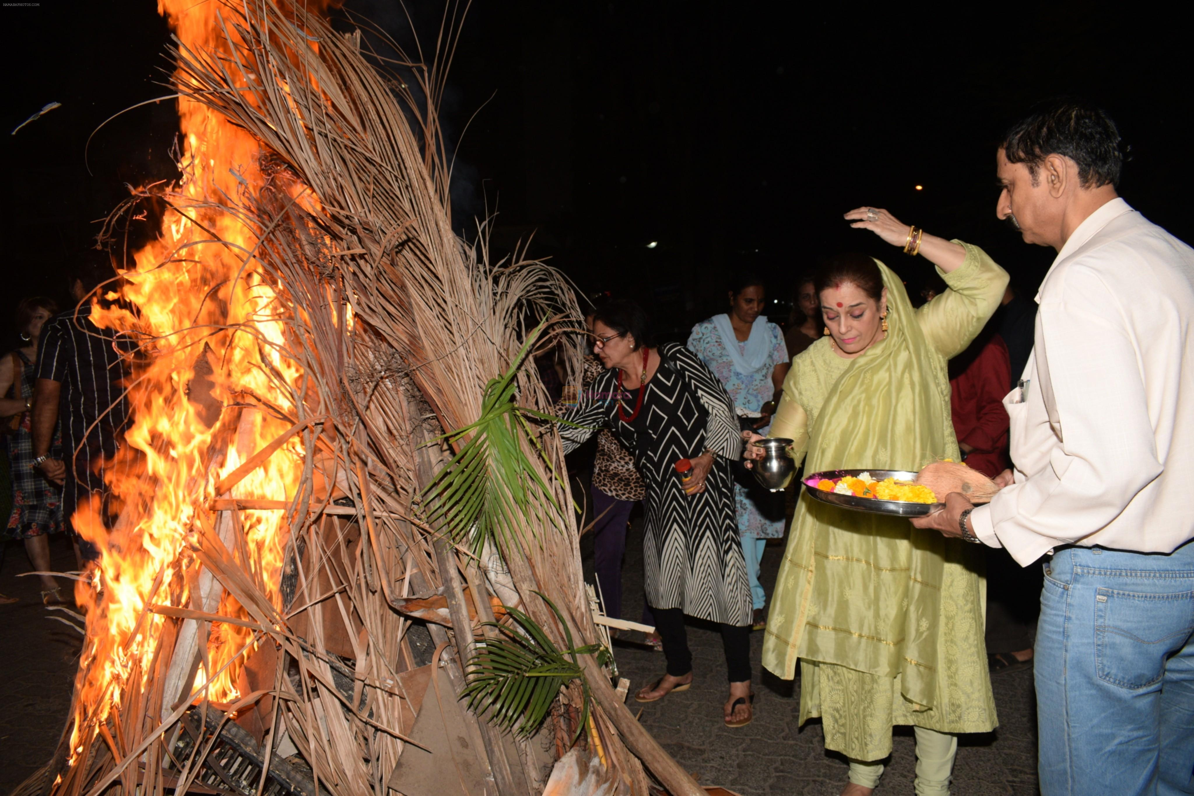 Poonam Sinha & others spotted doing Holi Pujan at juhu on 20th March 2019