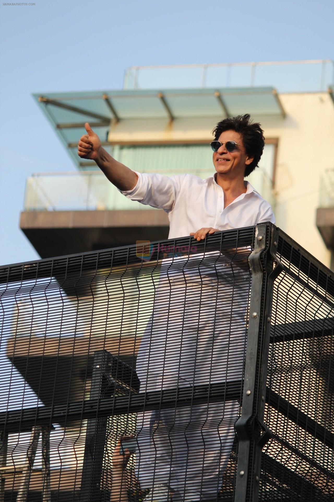 Shahrukh Khan with son Abram waves the fans on Eid at his bandra residence on 5th June 2019
