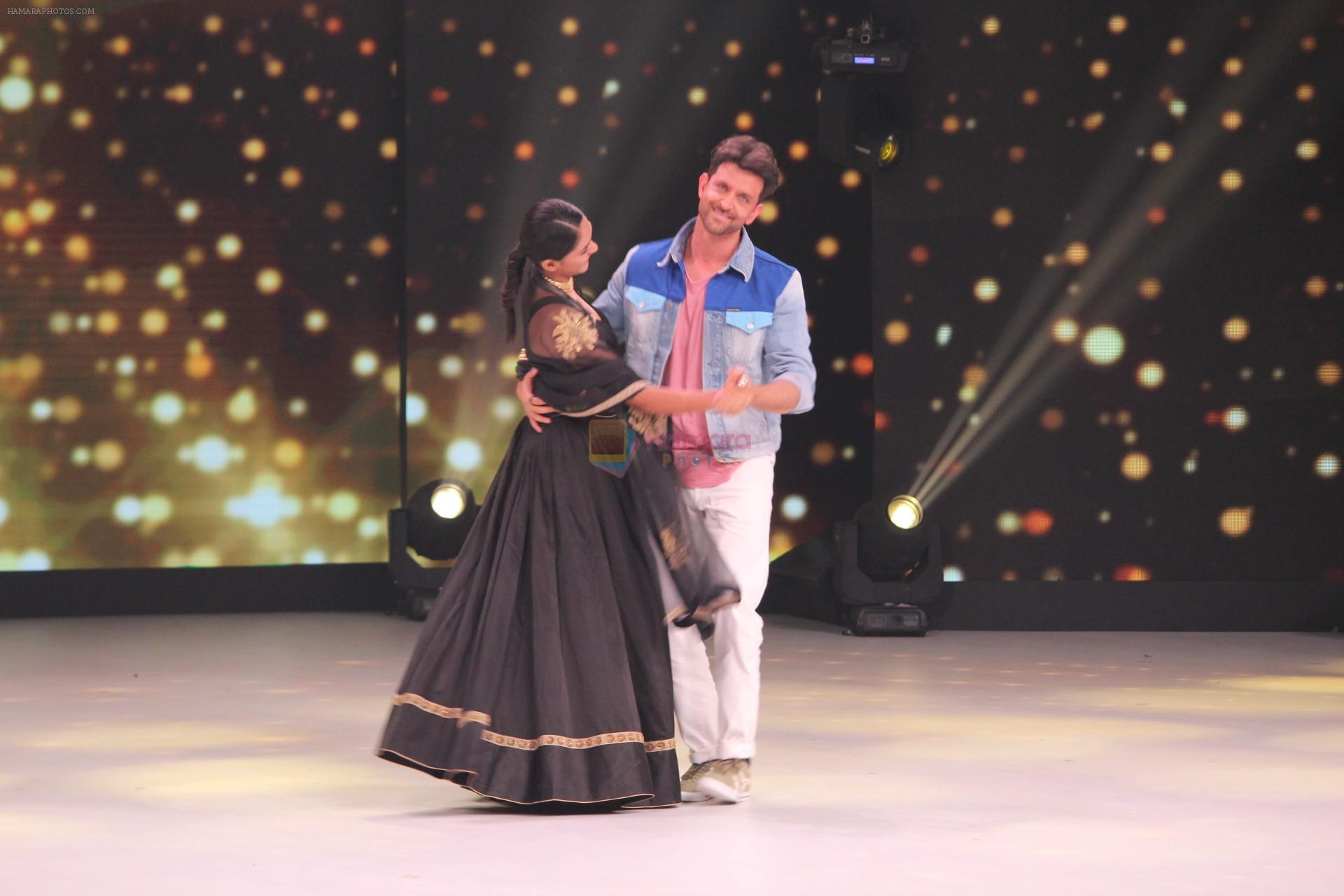 Mrunal Thakur, Hrithik Roshan on the sets of colors Dance Deewane in filmcity on 2nd July 2019