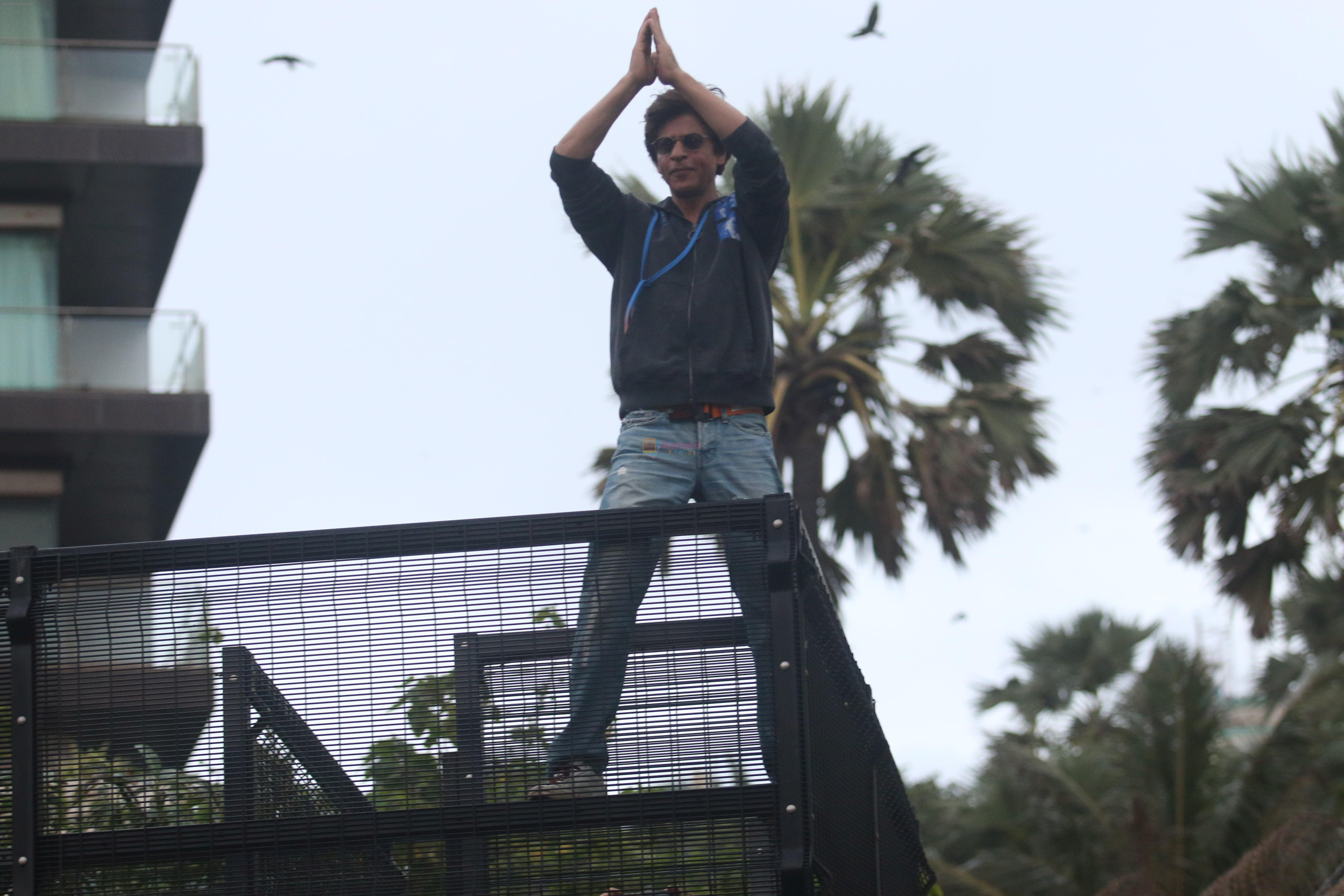 Shahrukh Khan waves to fans on the occasion of Eid at his bandra residence on 12th Aug 2019