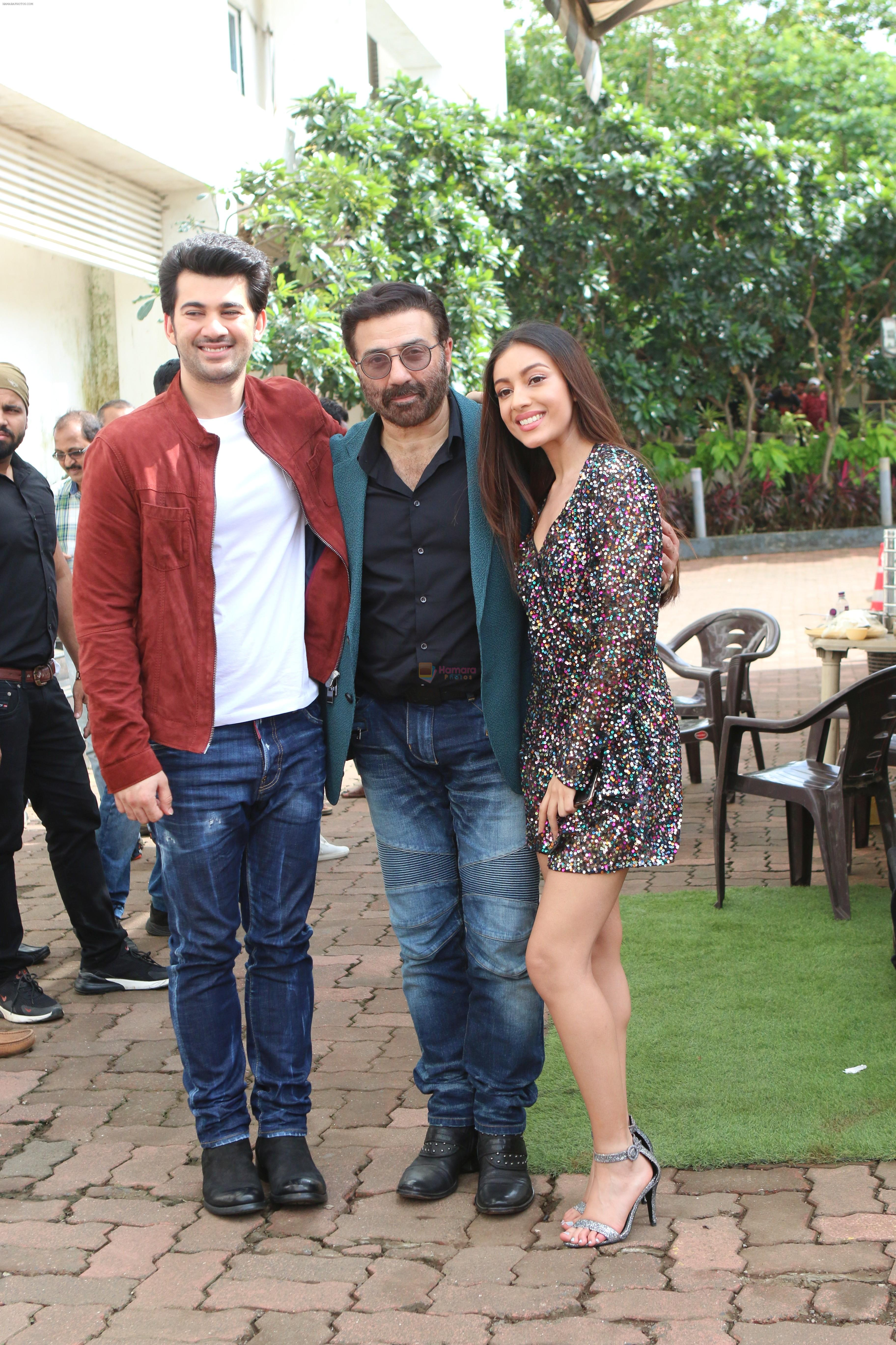 Sunny Deol, Karan Deol & Sehar Bhamba on the sets of Dance India Dance at filmcity in goregoan on 22nd Aug 2019