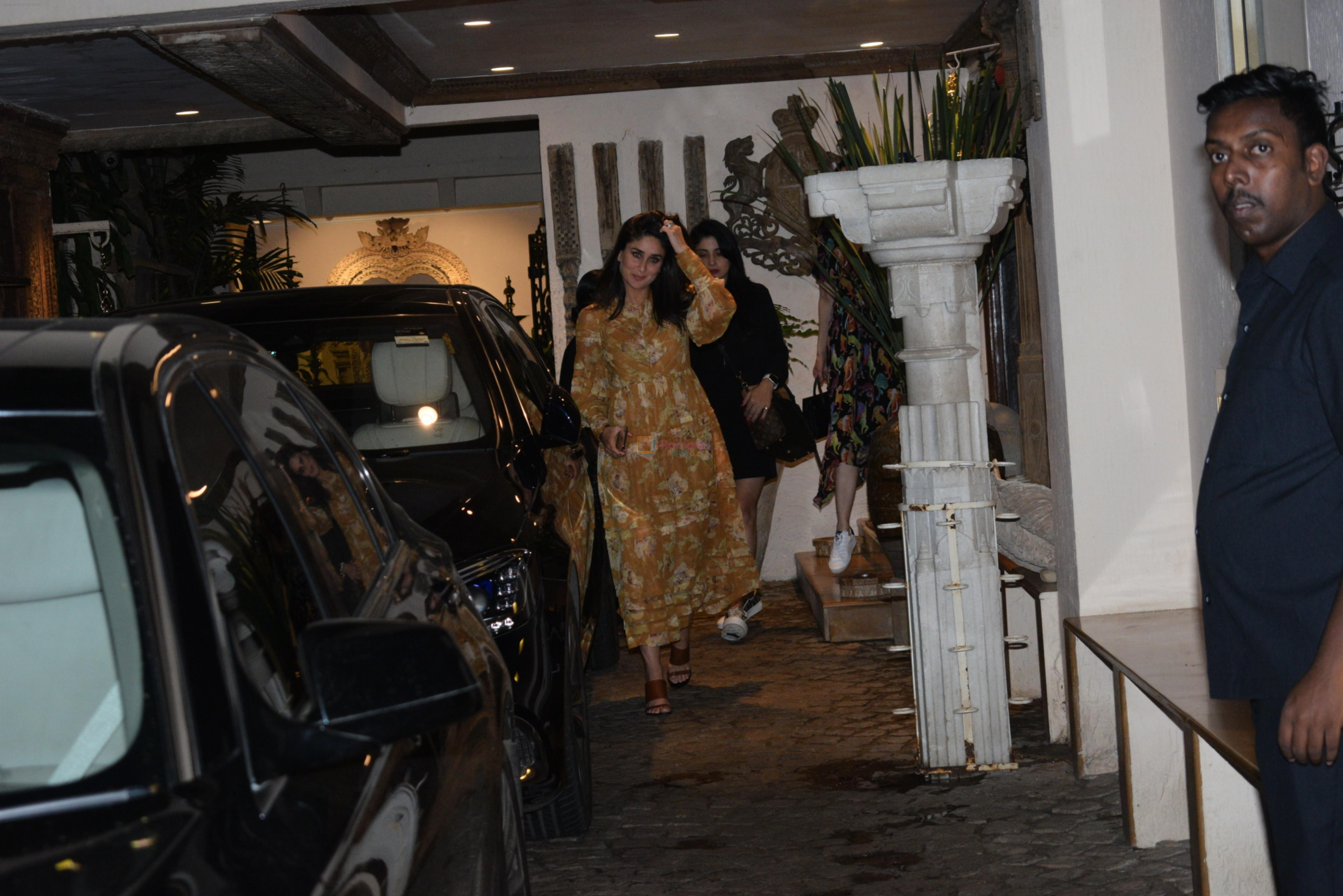 Kareena Kapoor, Karishma Kapoor spotted at anil Kapoor's house in juhu on 28th AUg 2019