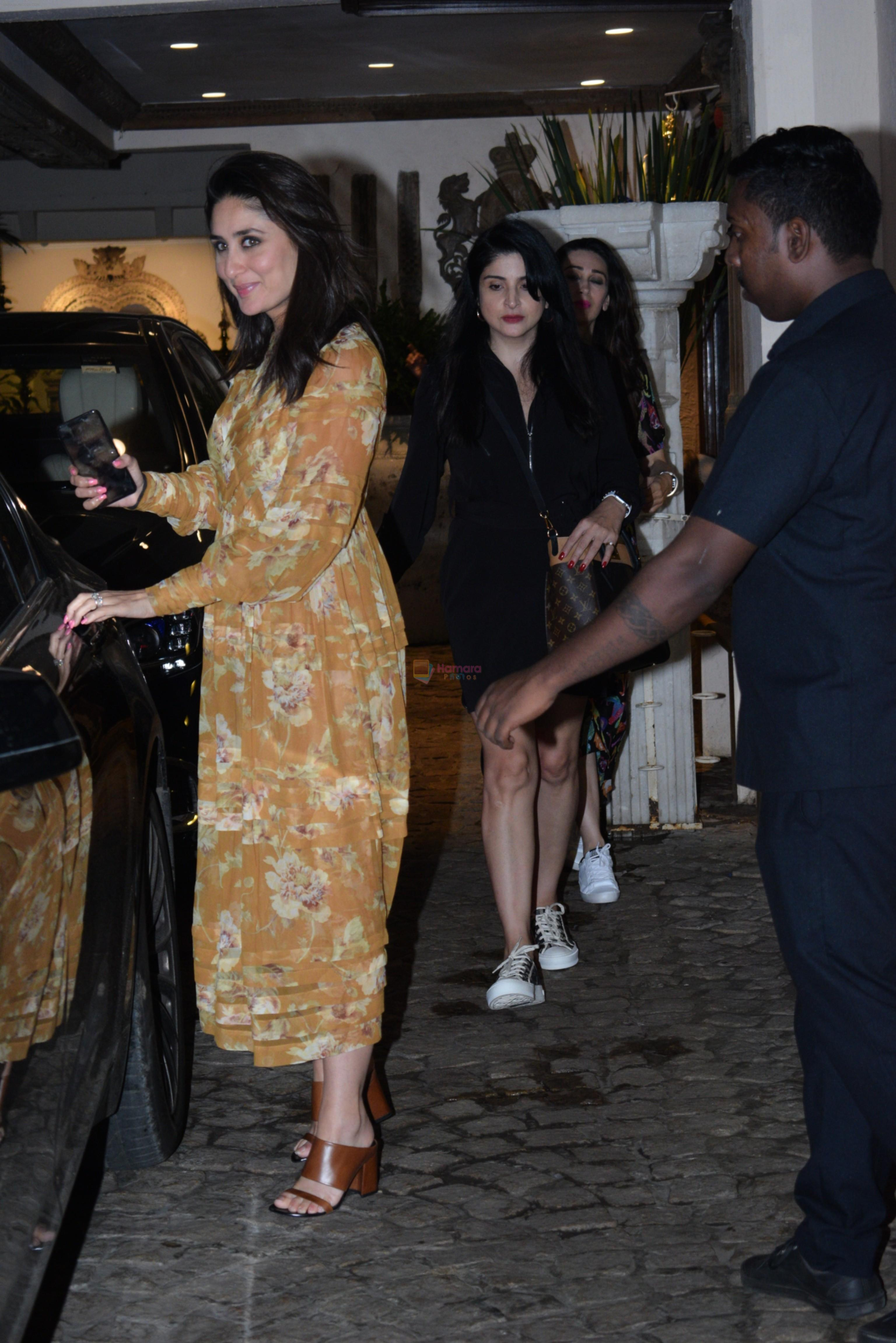Kareena Kapoor spotted at anil Kapoor's house in juhu on 28th AUg 2019