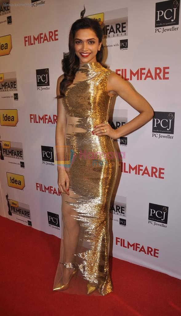 Deepika Padukone dressed in a golden dress walked the Red Carpet at the 59th Idea Filmfare Awards 2013
